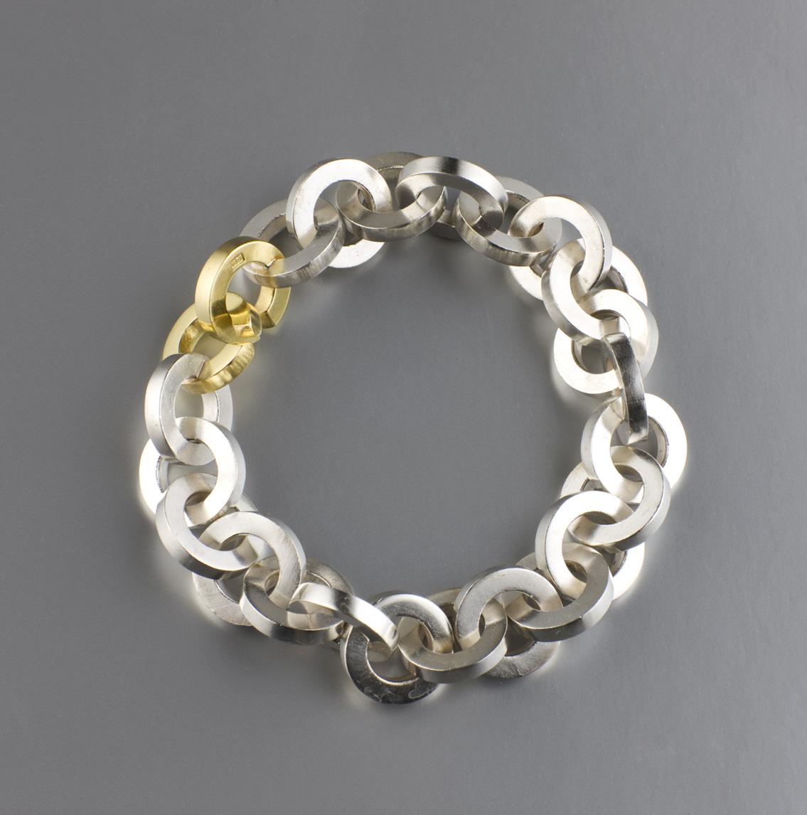 Grov armlänk i silver med guldlås