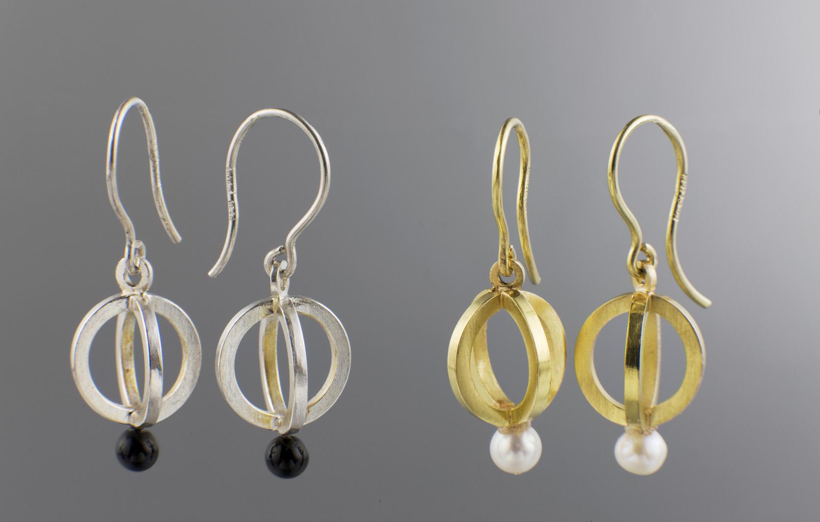 Örhängen, silver och onyx resp. guld och pärla