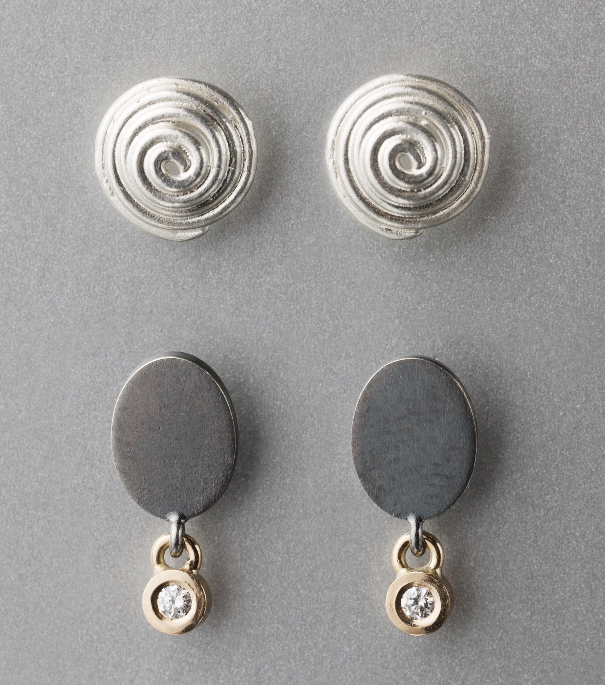 """Örhängen, """"Lilla snurr"""", silver. Örhängen, oxiderat silver, guld och briljant"""