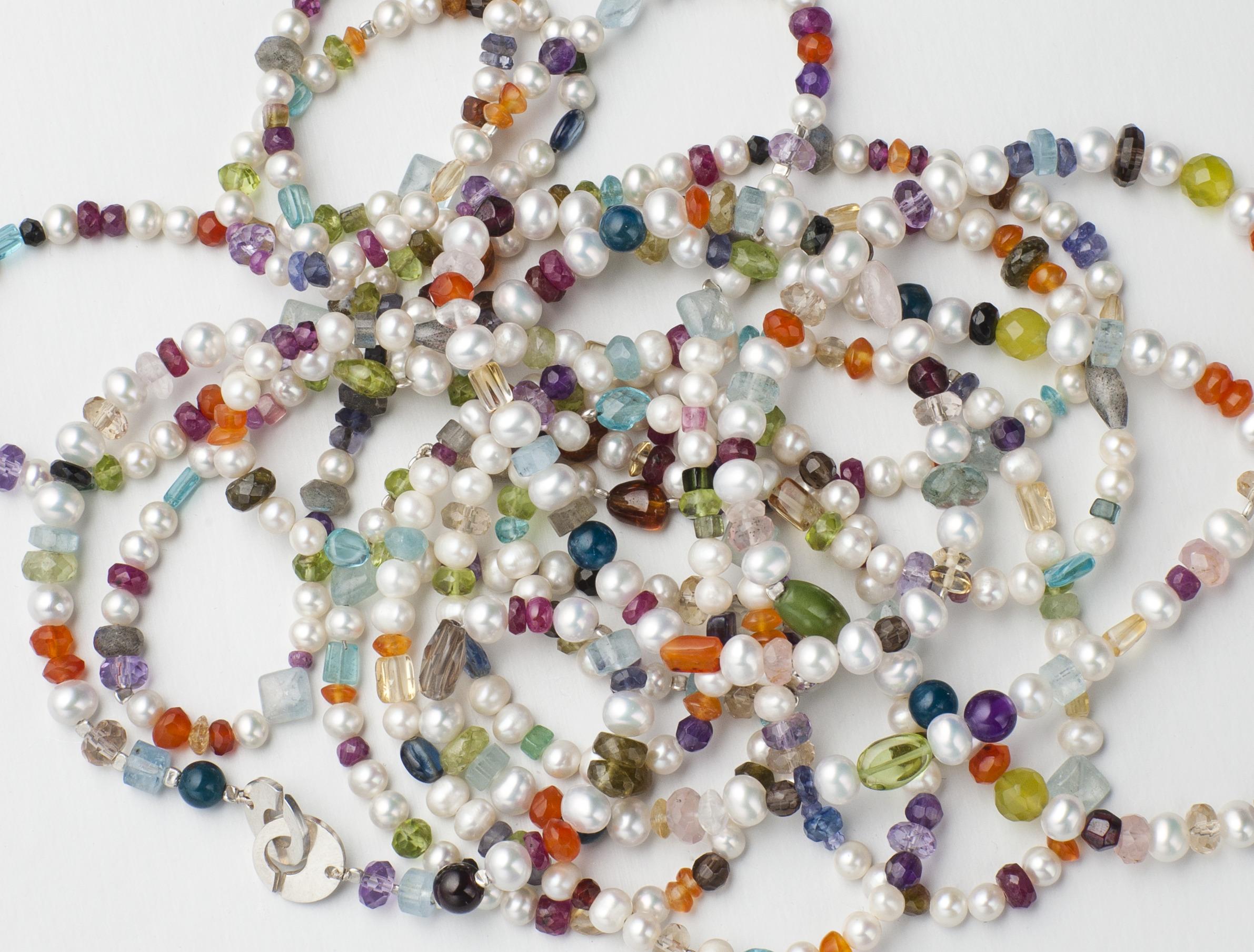 Collier, odlade pärlor och diverse stenar