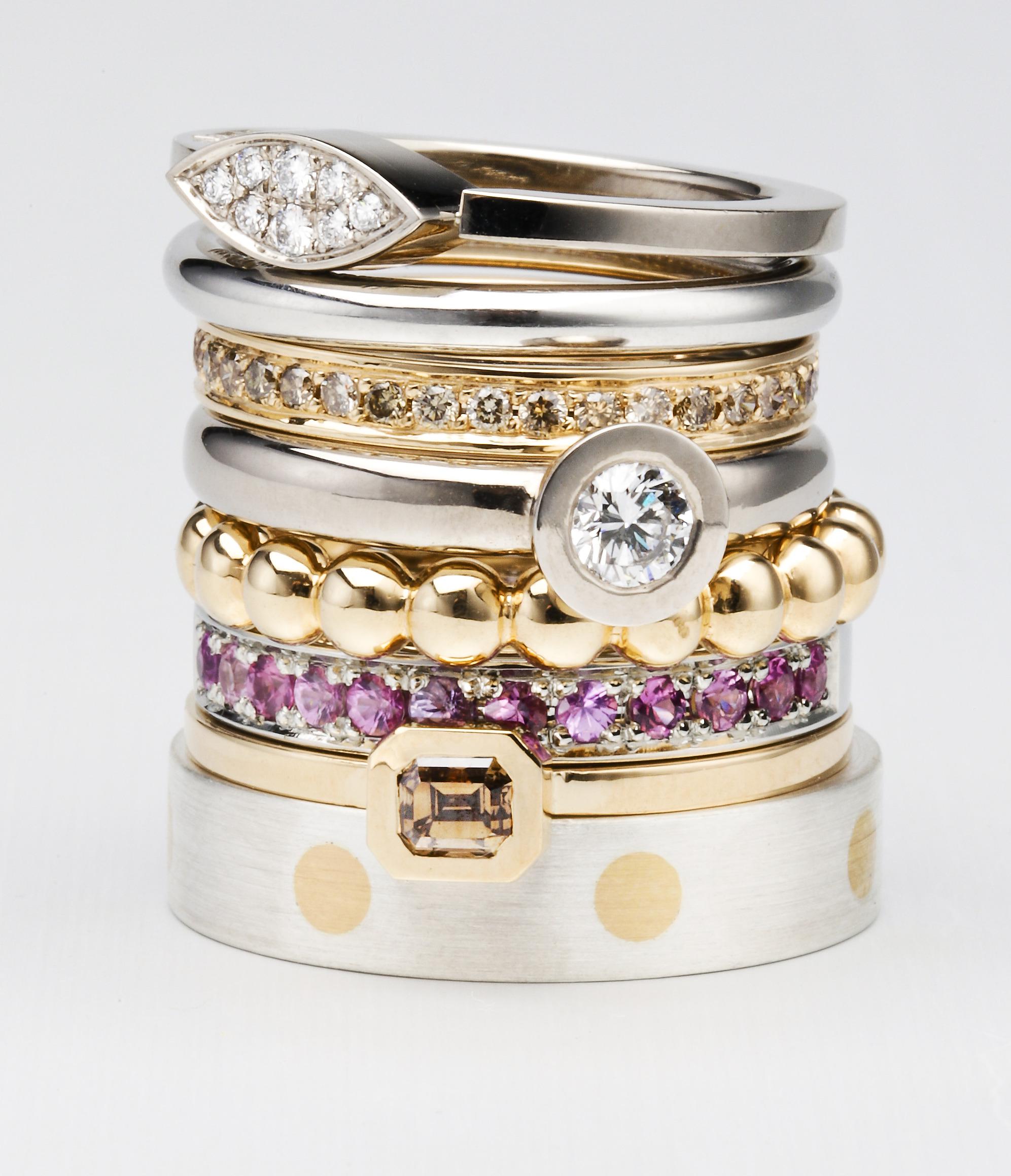 Ringar, silver, vitt och rött guld, diamanter och rosa safirer