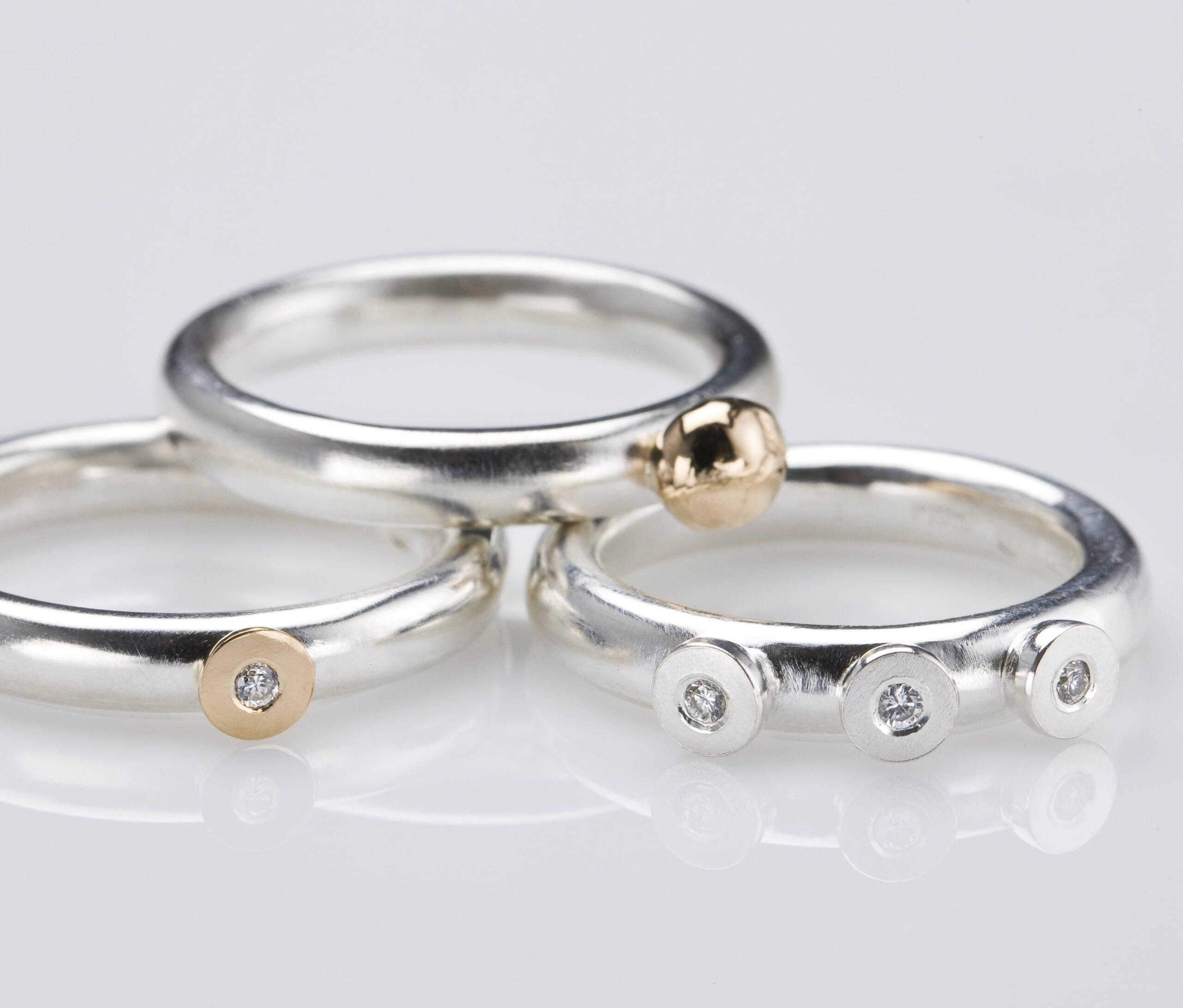 Ringar, silver, guld och diamanter.