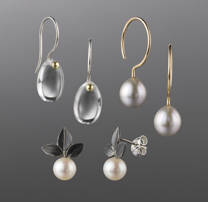 Örhängen, silver och bergskristall. Örhängen, guld och sötvattenspärlor. Örhängen, oxiderat silver och sötvattenspärlor