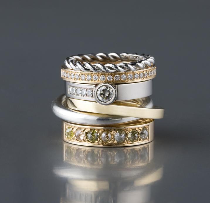Ringar, silver, vitt och rött guld, platina och diamanter.