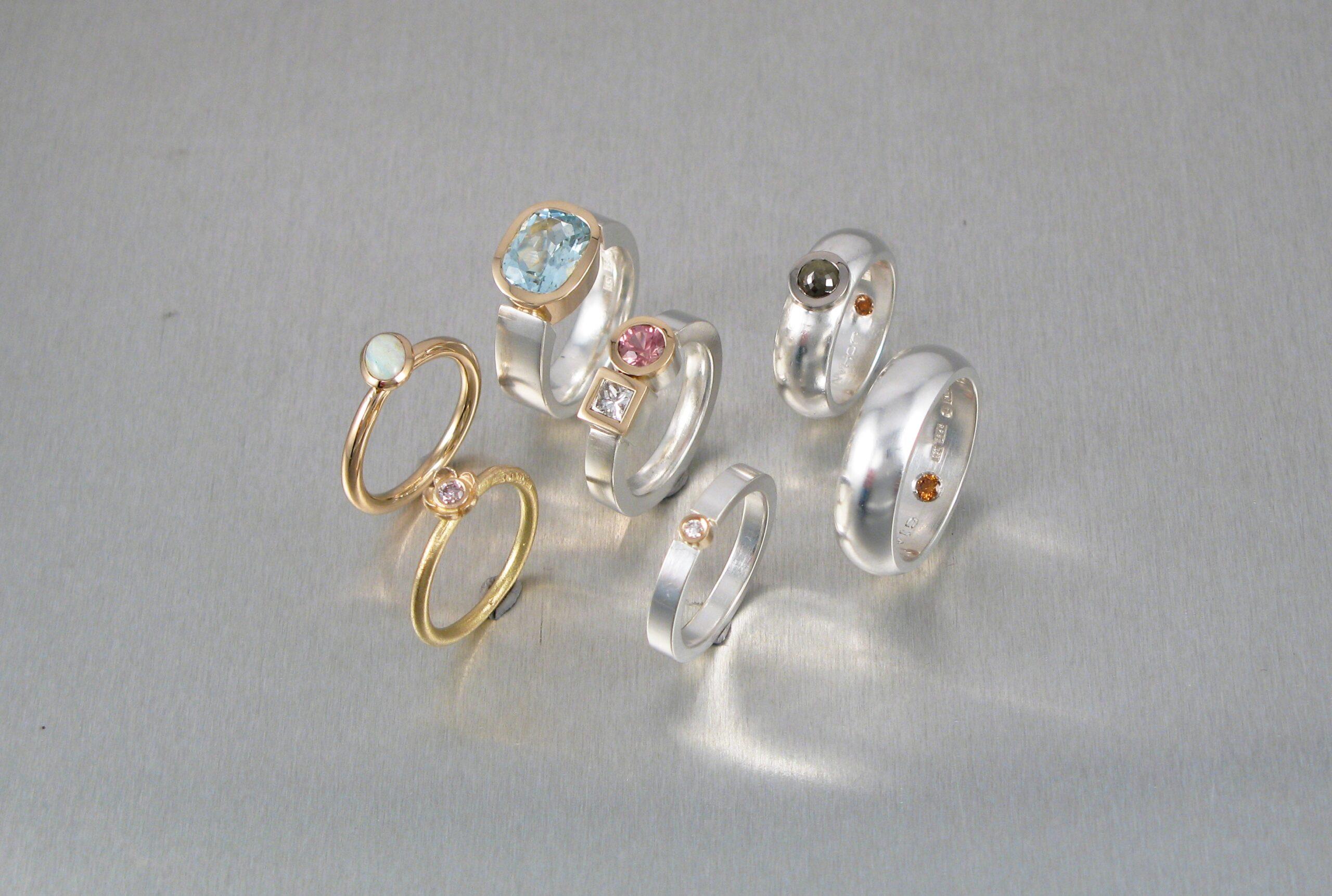 Ring, vitt och rött guld med diverse stenar.