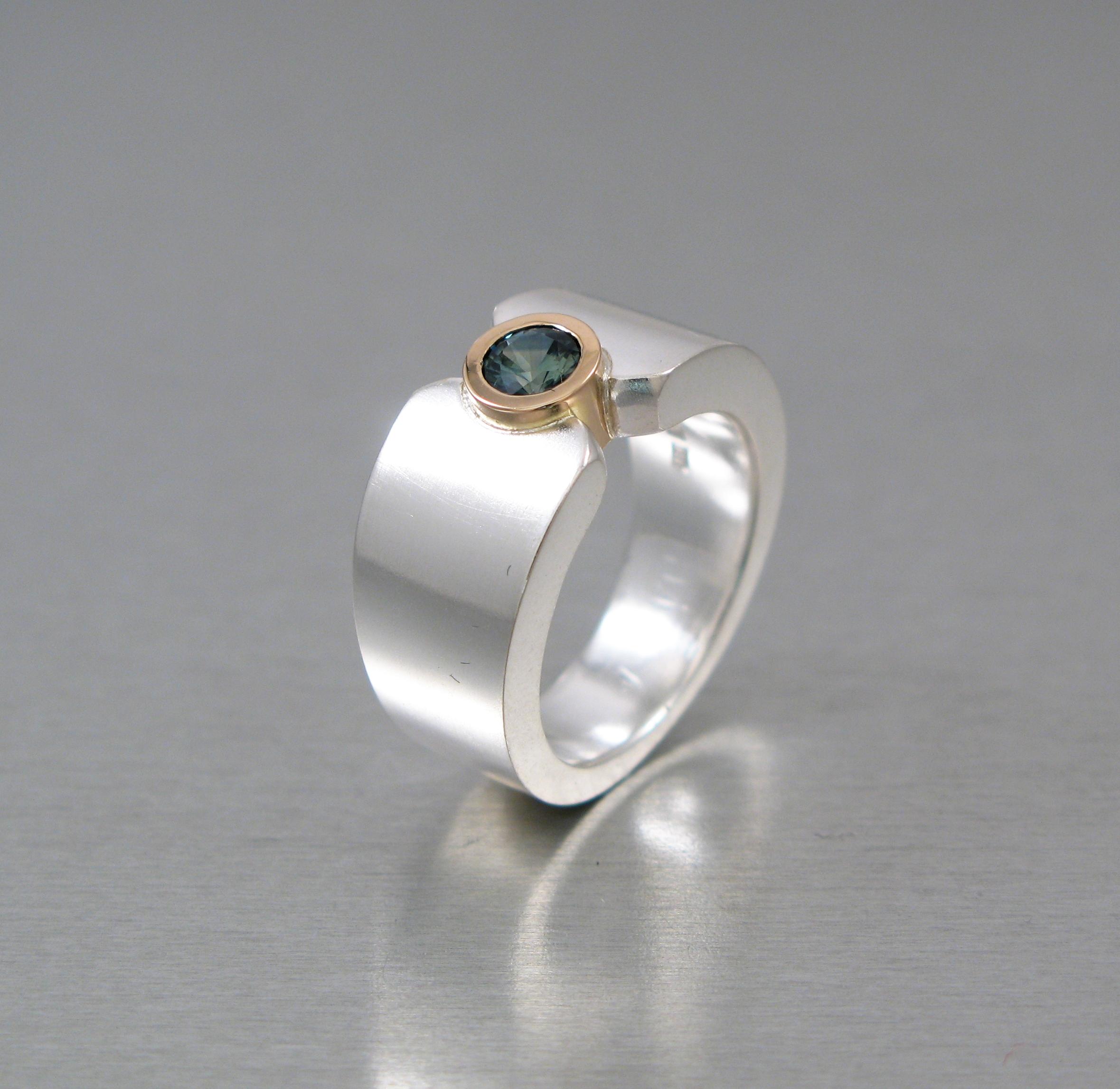 "Ring, ""Fru Mattson"", silver, guld och safir."
