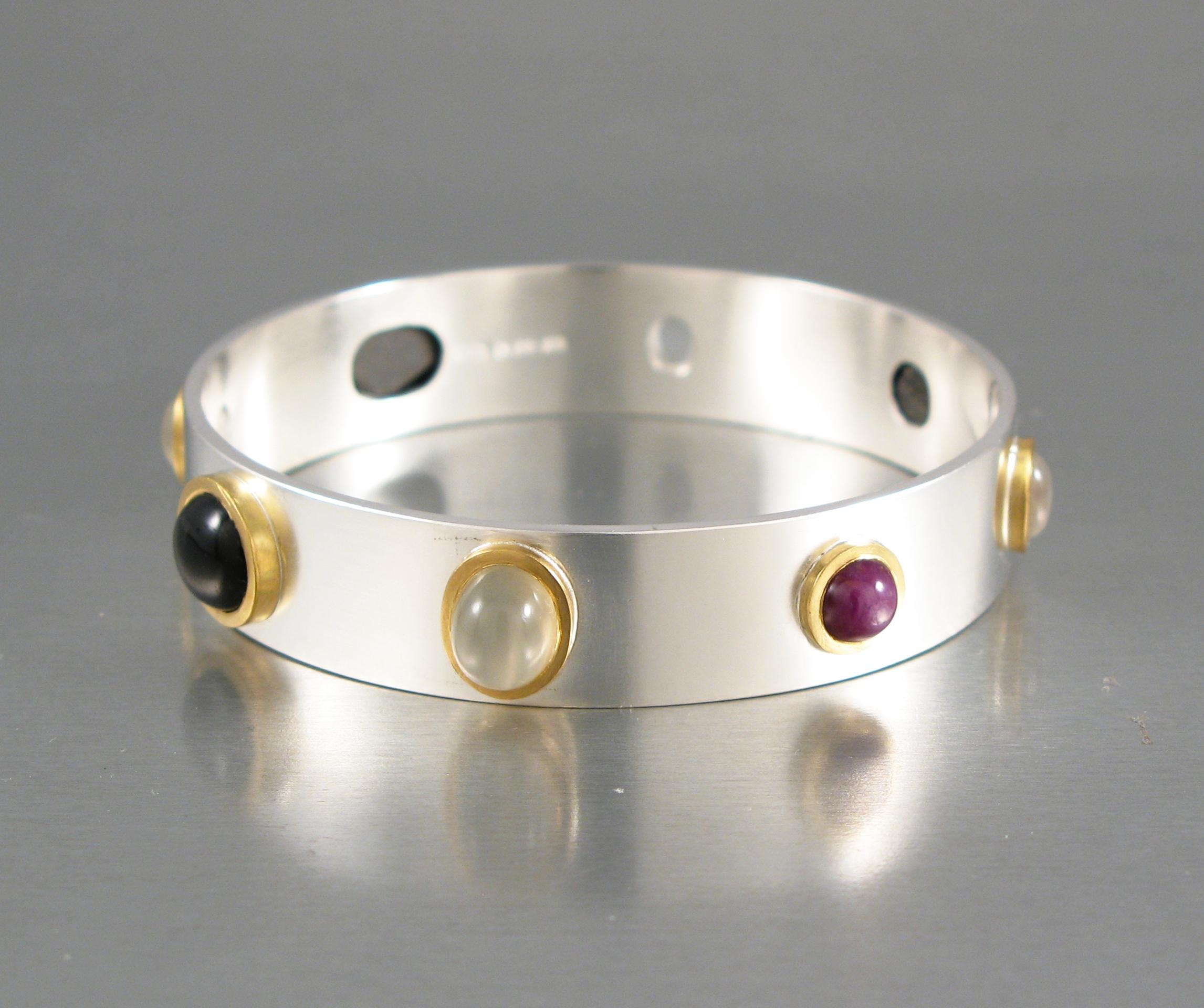 Stel armring i silver och guld med diverse stenar