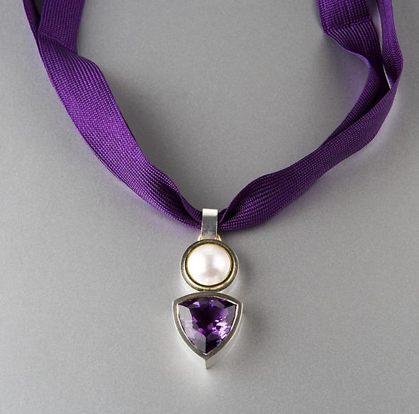 Hängsmycke i silver, vitt guld, ametist och pärla