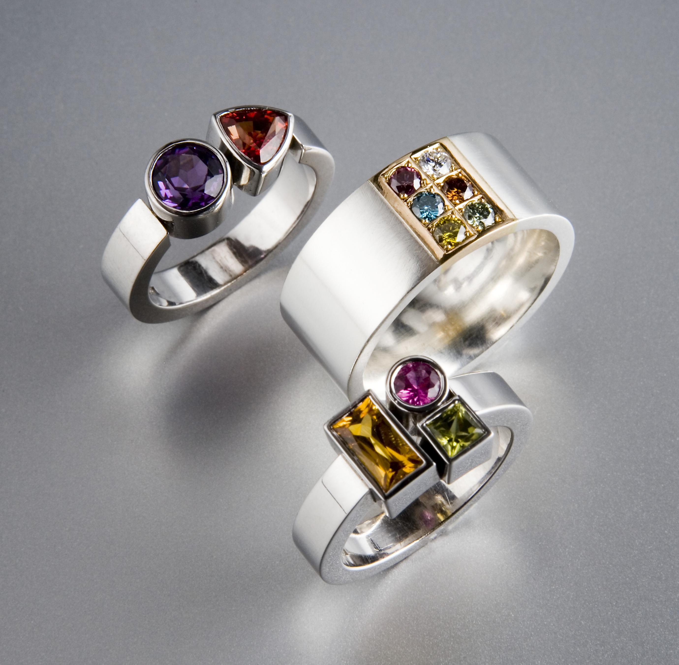 Ringar, silver, vitt och rött guld med diverse stenar.