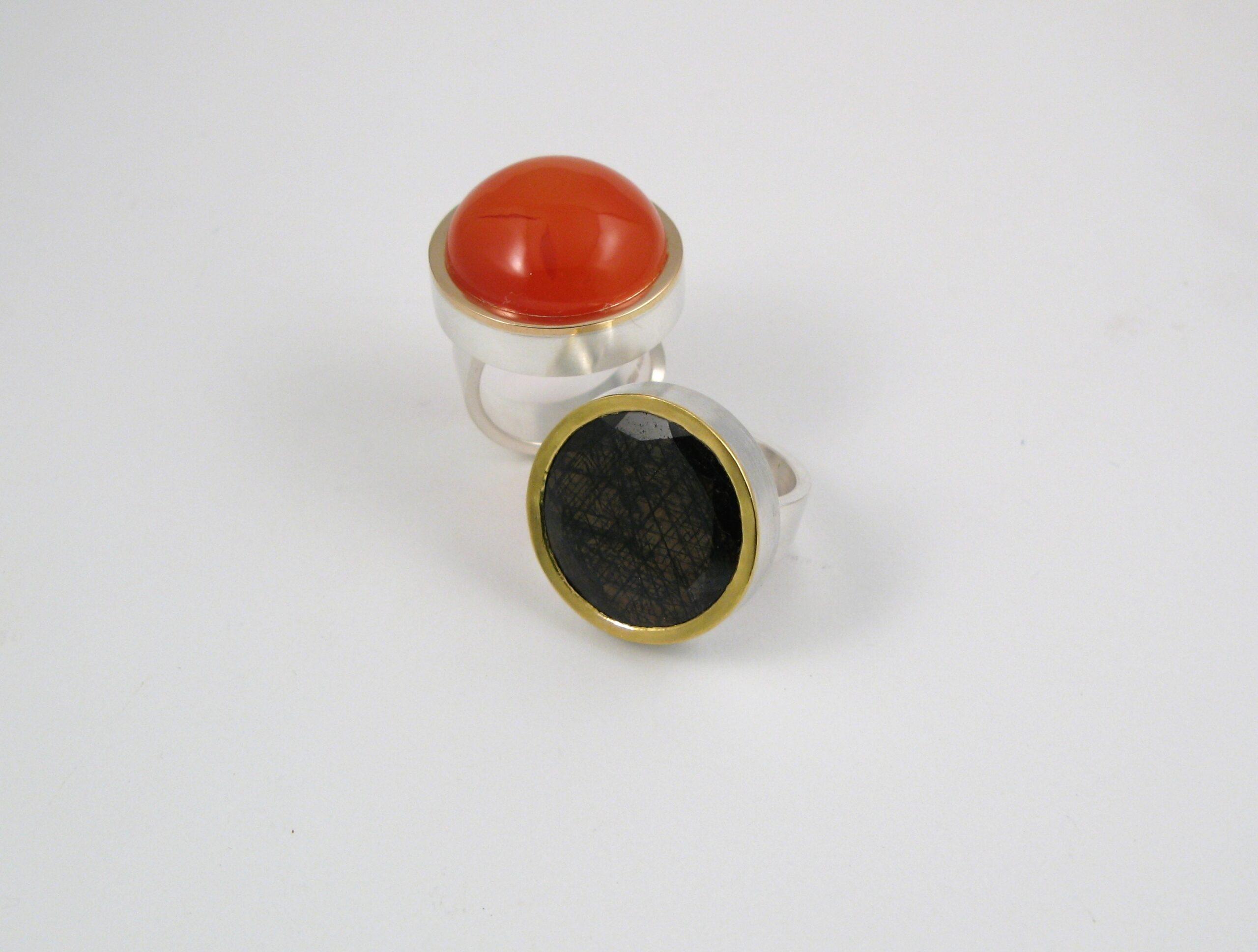 """Ring, """"Halslös"""", silver, guld och karneol resp. safir."""