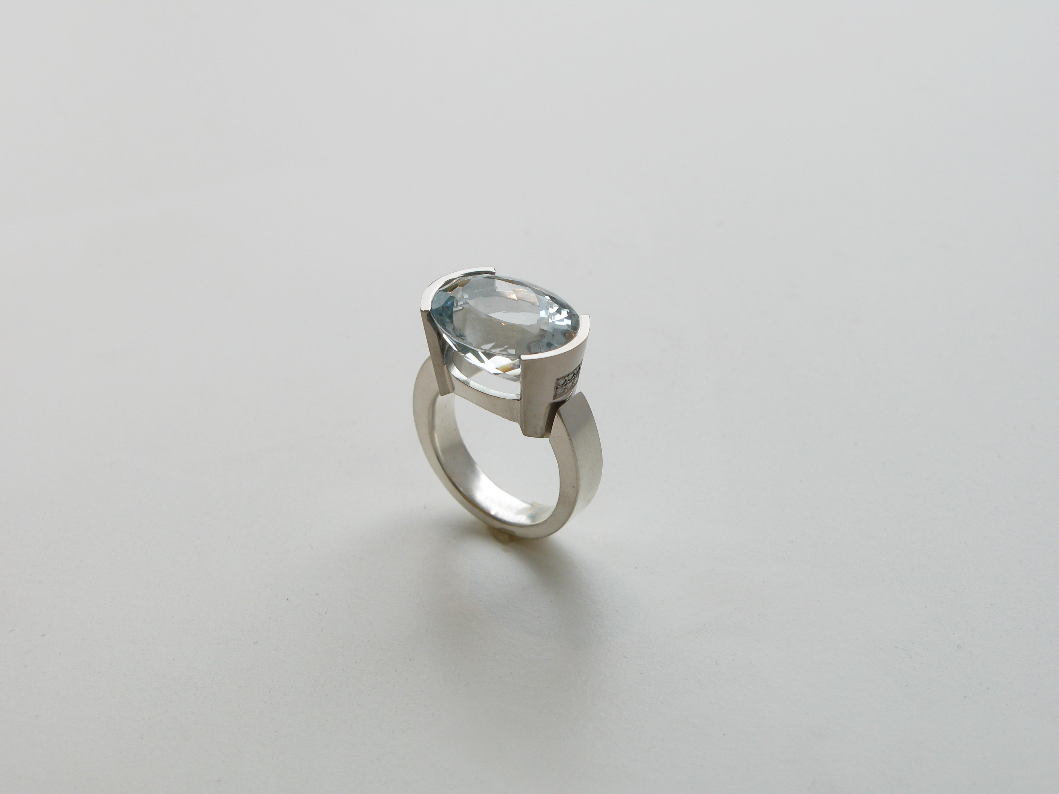 Ring, vitt guld, diamanter och akvamarin.