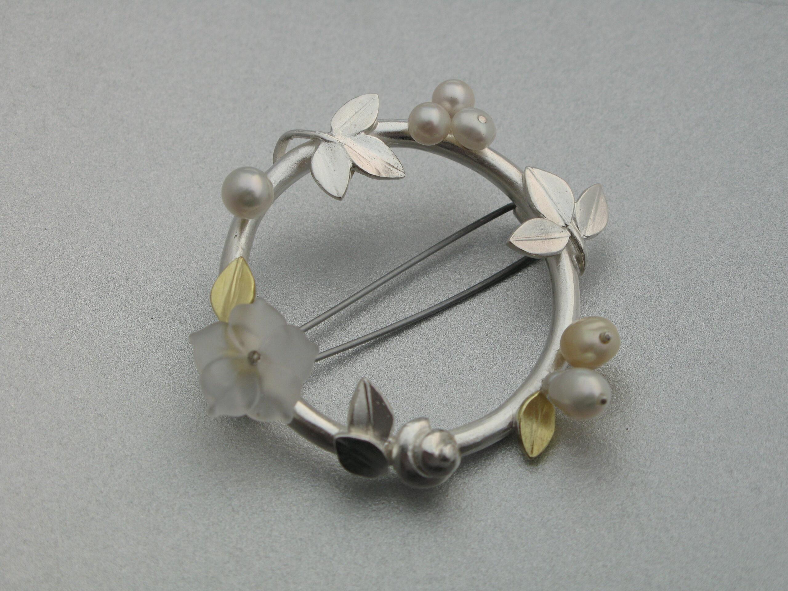 """Brosch, """"Krans"""", guld, silver, bergkristall och sötvattenspärla"""
