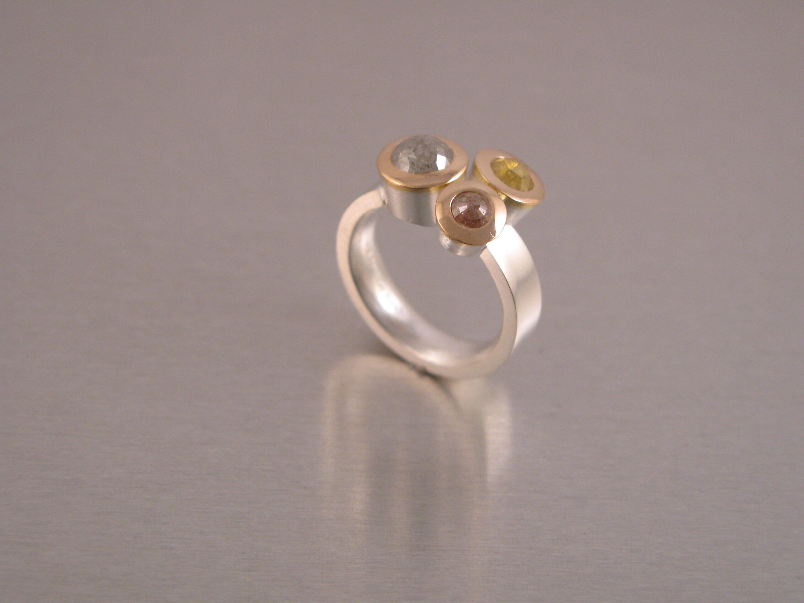 Ring, silver, guld, rosenslipade naturfärgade diamanter.