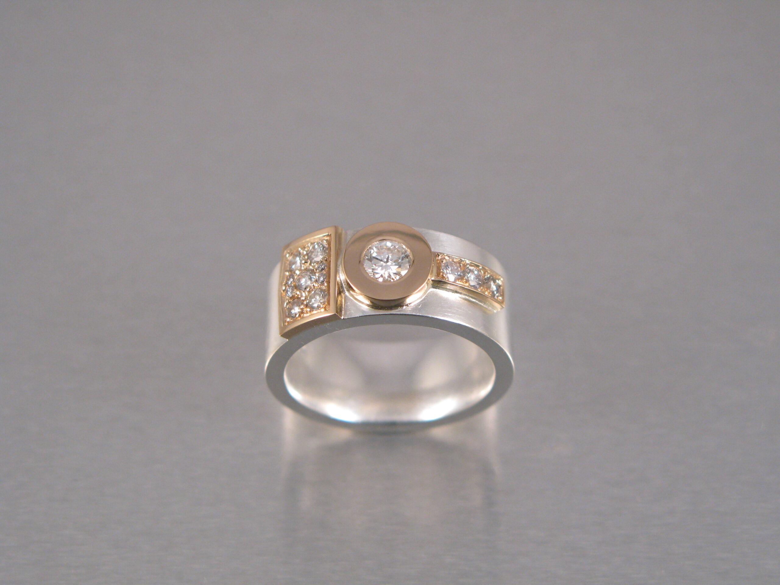 Ring, silver, guld och briljanter.