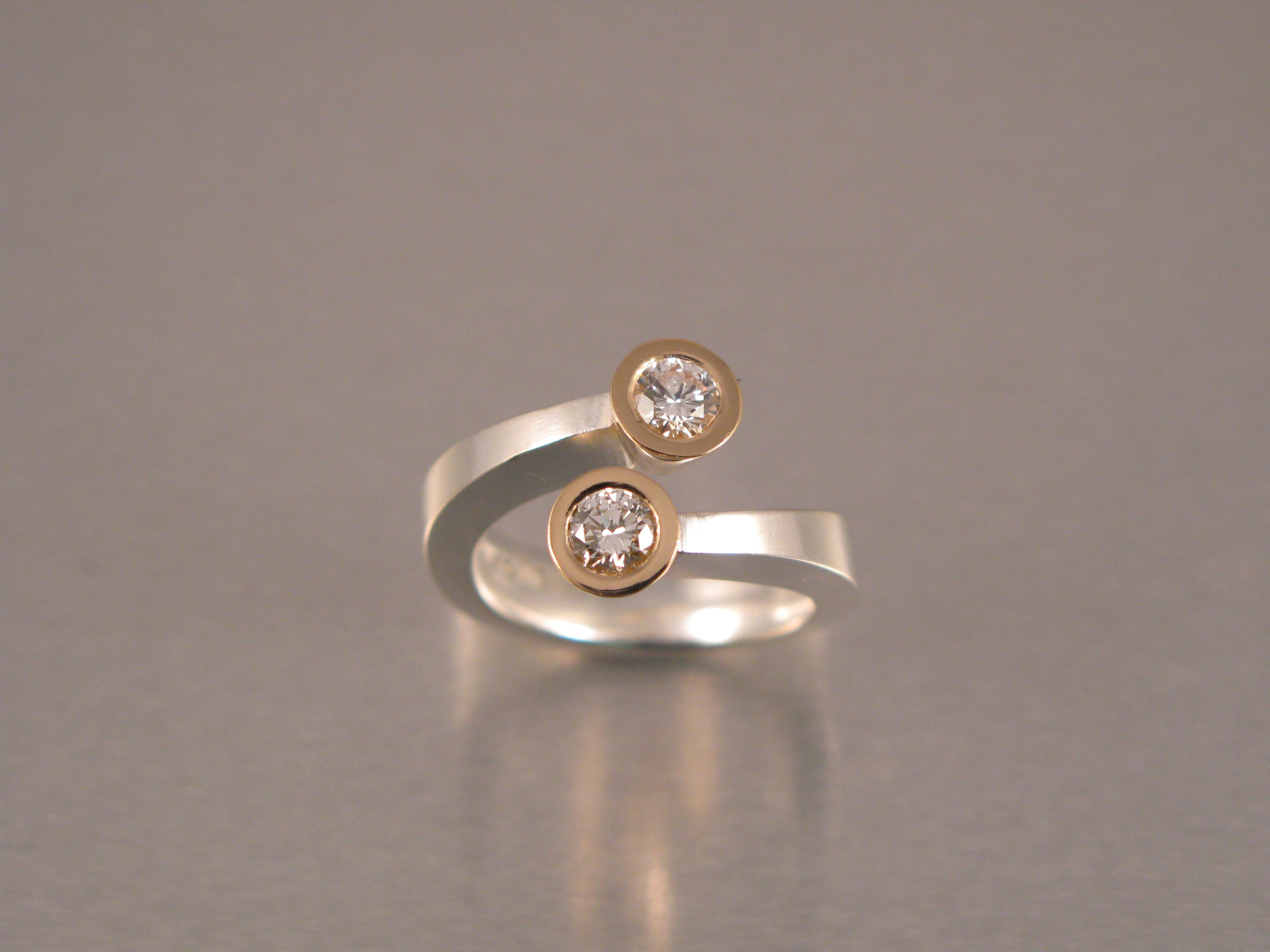 """Ring, """"Omlottring"""", silver, guld, vit och brun briljant"""
