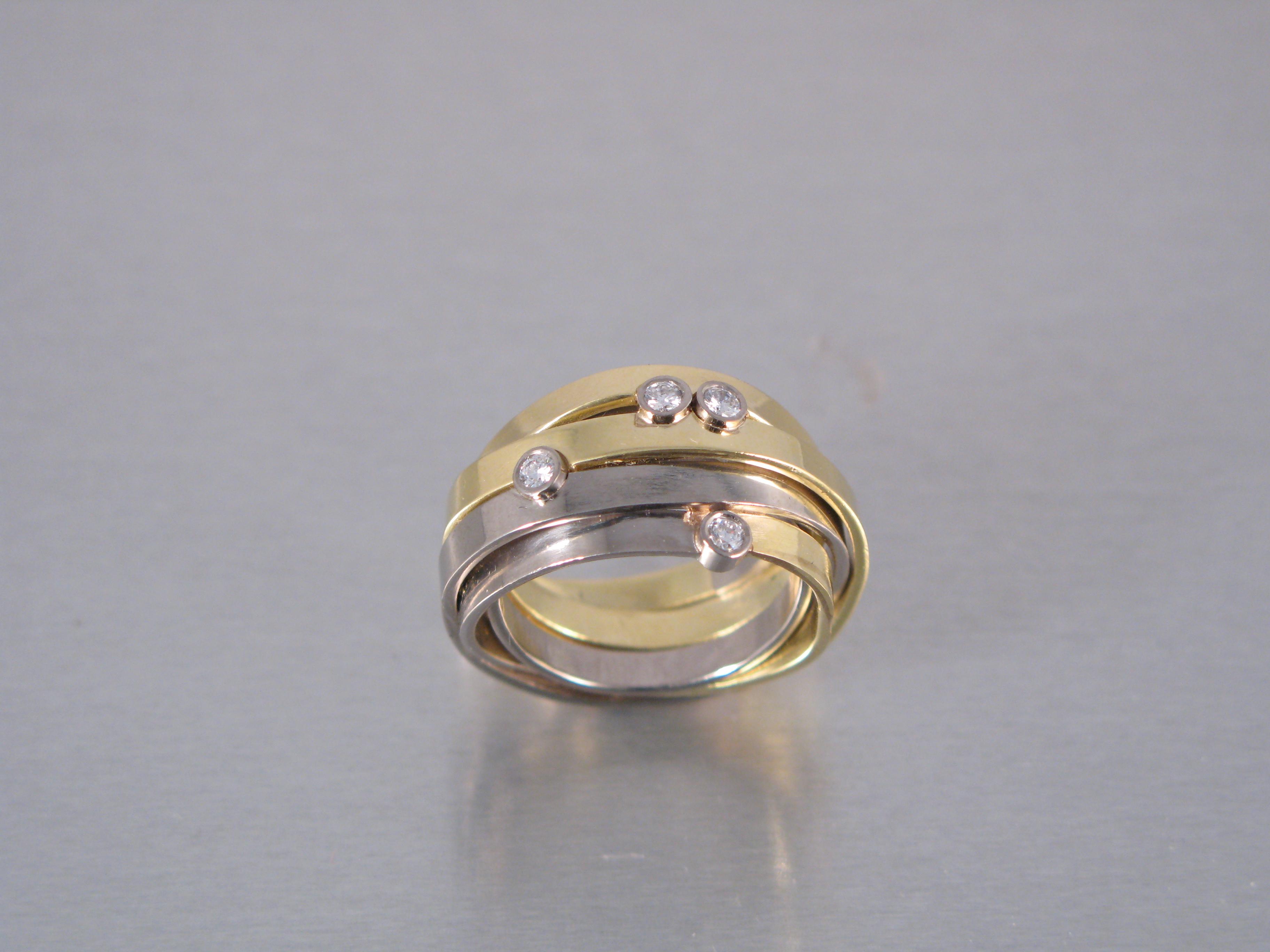 Ring, rött och vitt guld, briljanter.