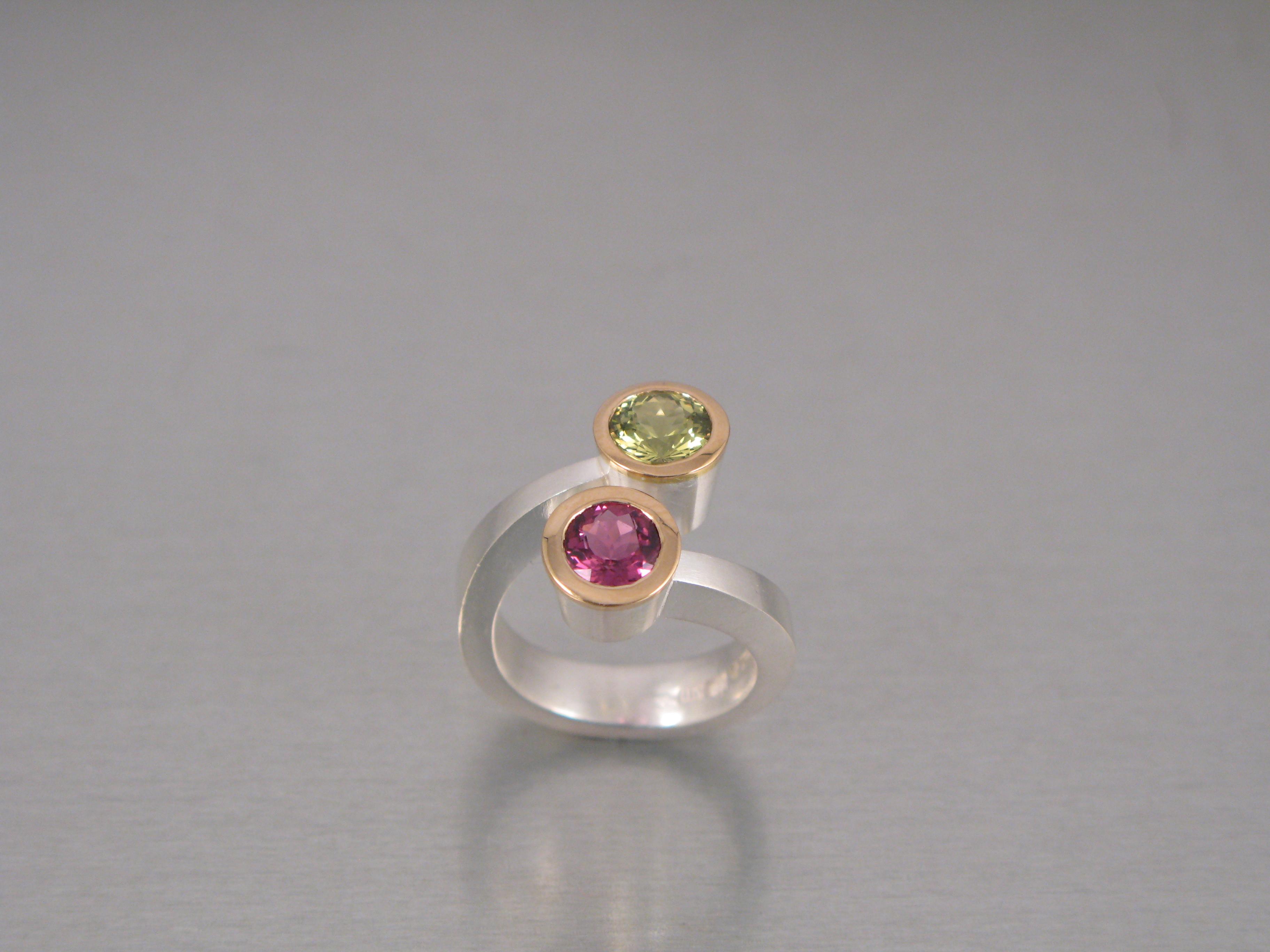 """Ring, """"Omlottring"""", silver, guld, turmalin och beryll."""