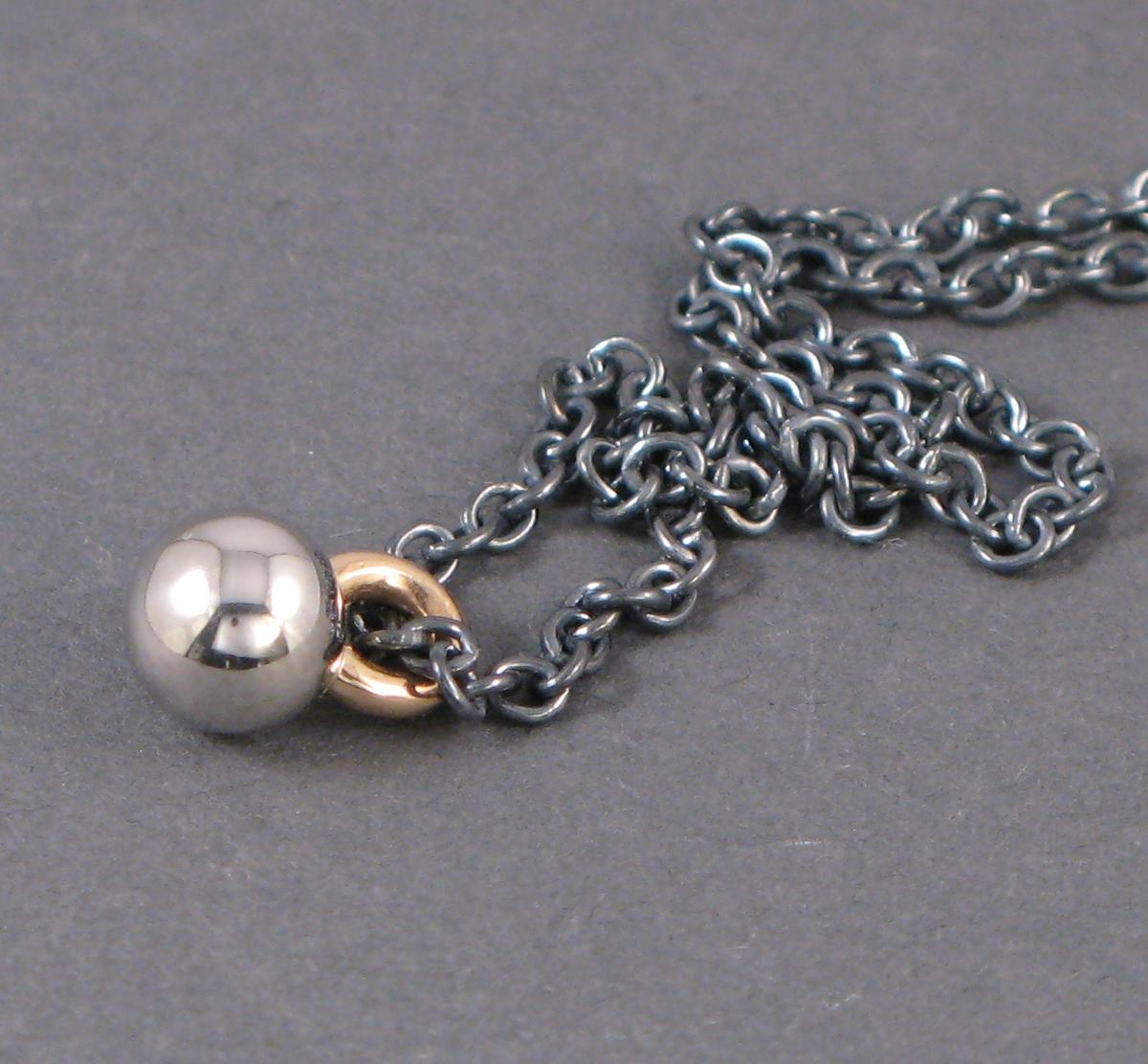 Hänge, platina, guld och oxiderat silver