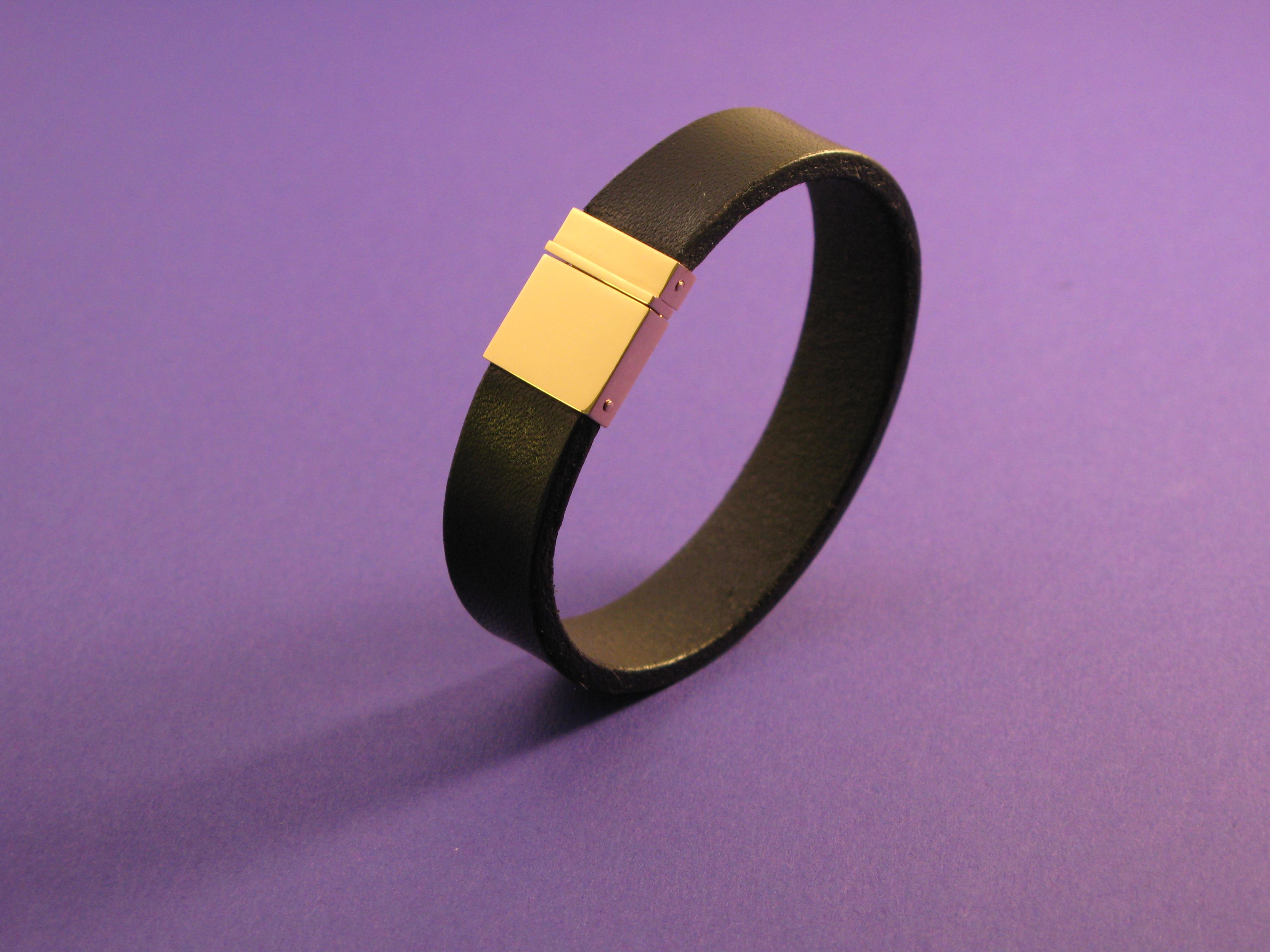 Armband i läder och guld