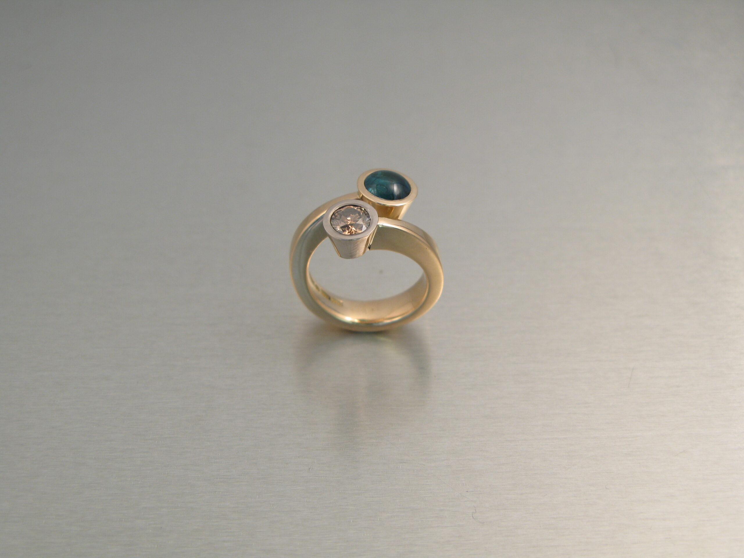 """Ring, """"Omlottring"""", rött och vitt guld, turmalin och brun diamant."""