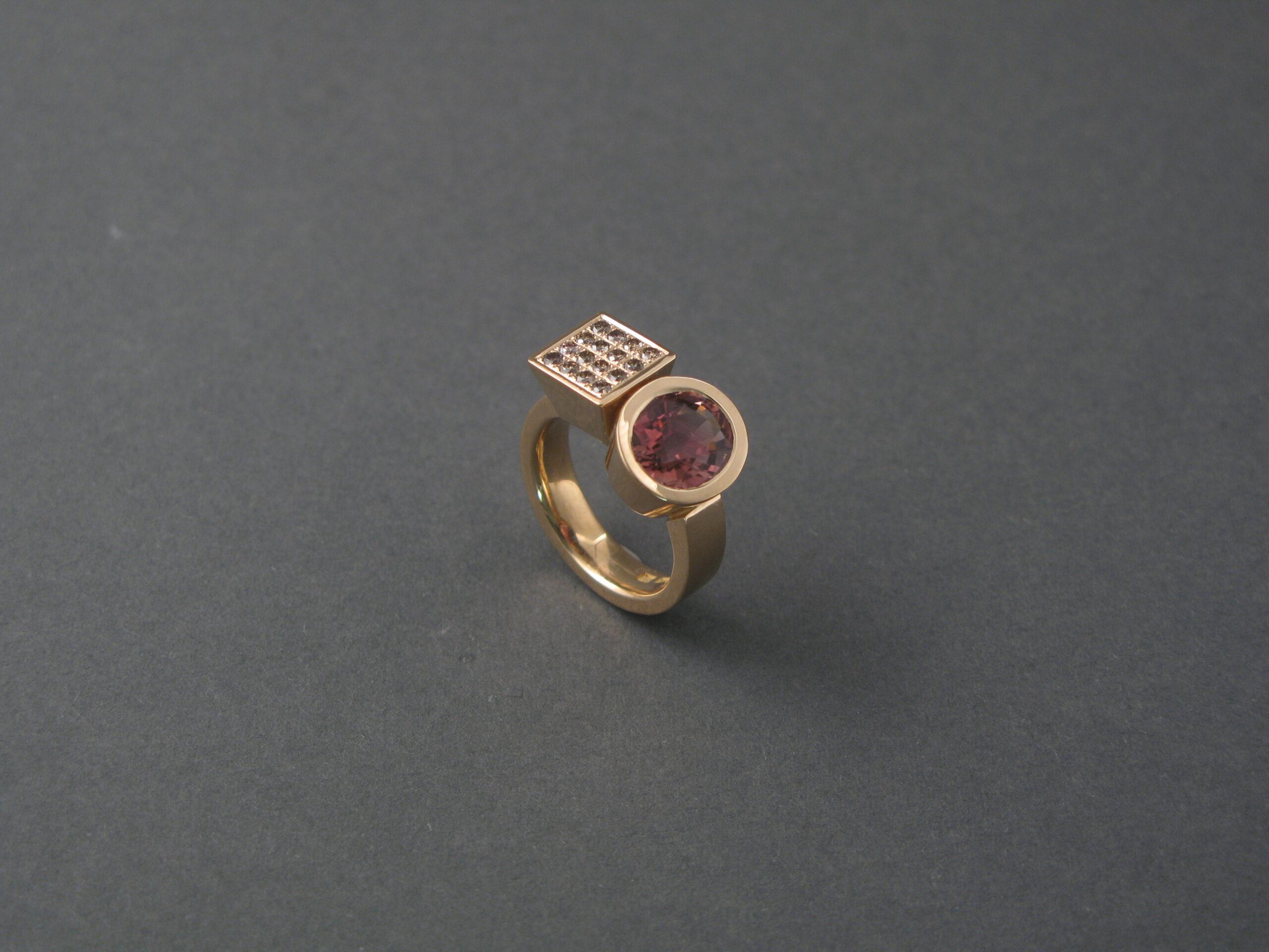Ring, guld, bruna briljanter och rosa turmalin