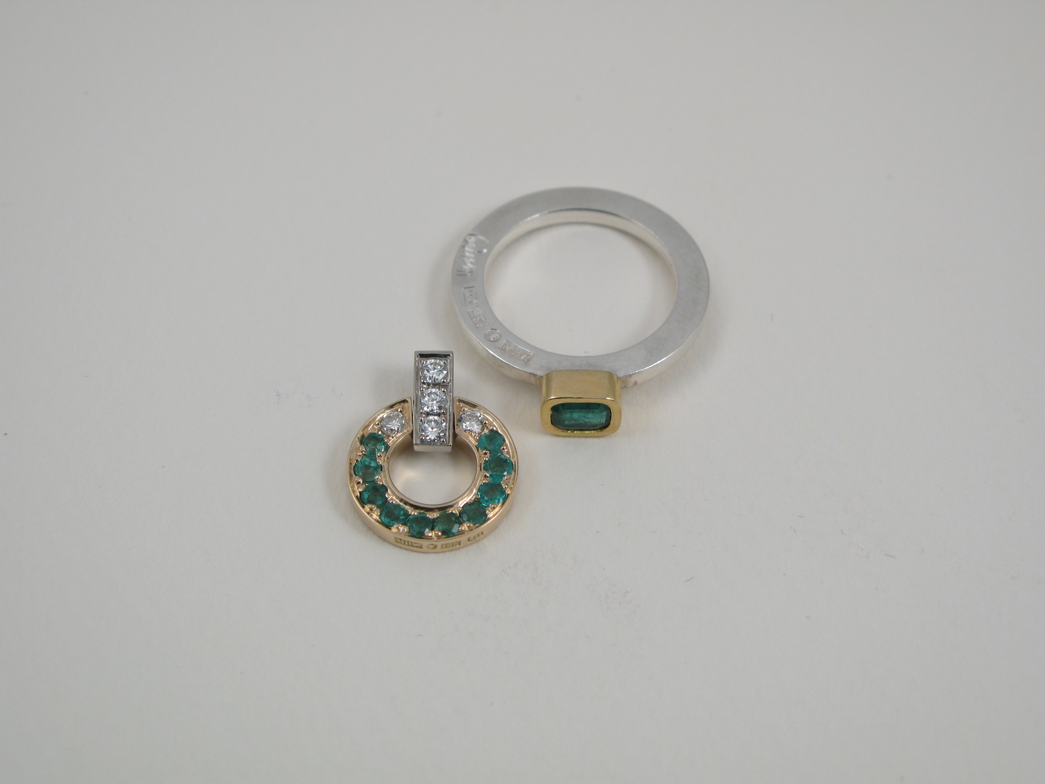 Ring, silver, guld och smaragd.  Hänge, silver, guld, smaragder och biljanter.
