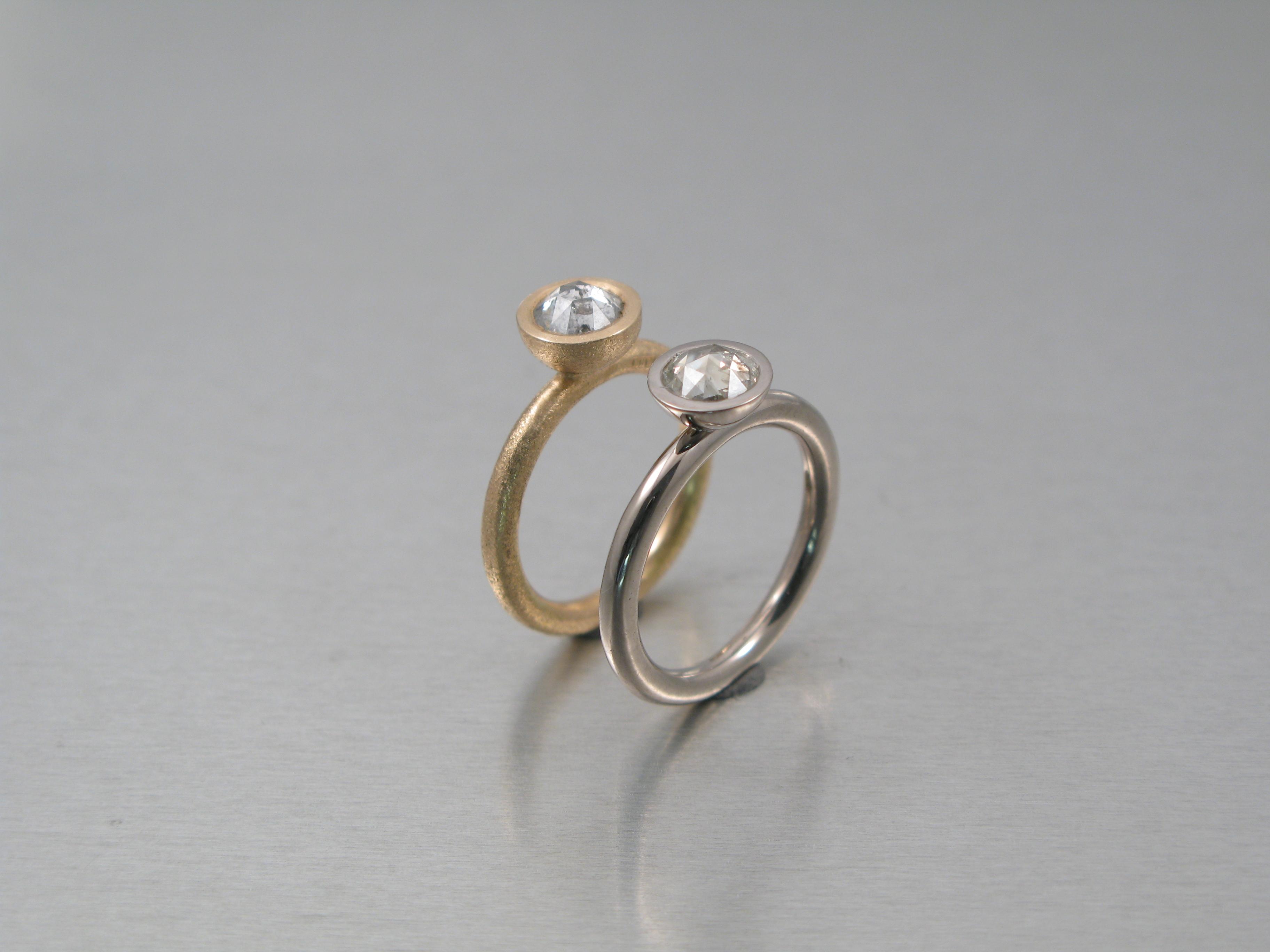 Ringar, rött och vitt guld och rosenslipade diamanter