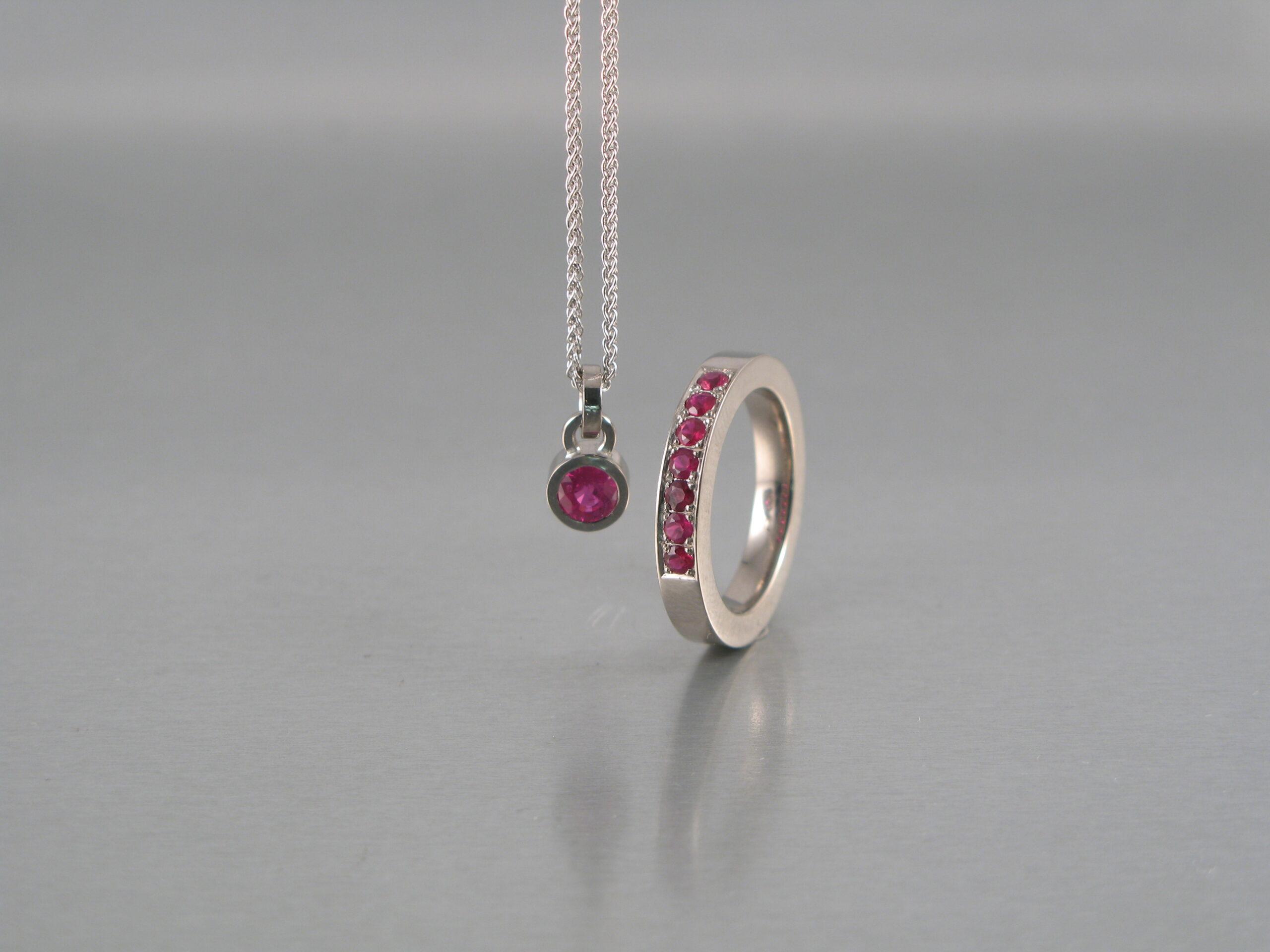 Collier, akvamarin med lås i guld. Ring, silver, guld och akvamarin