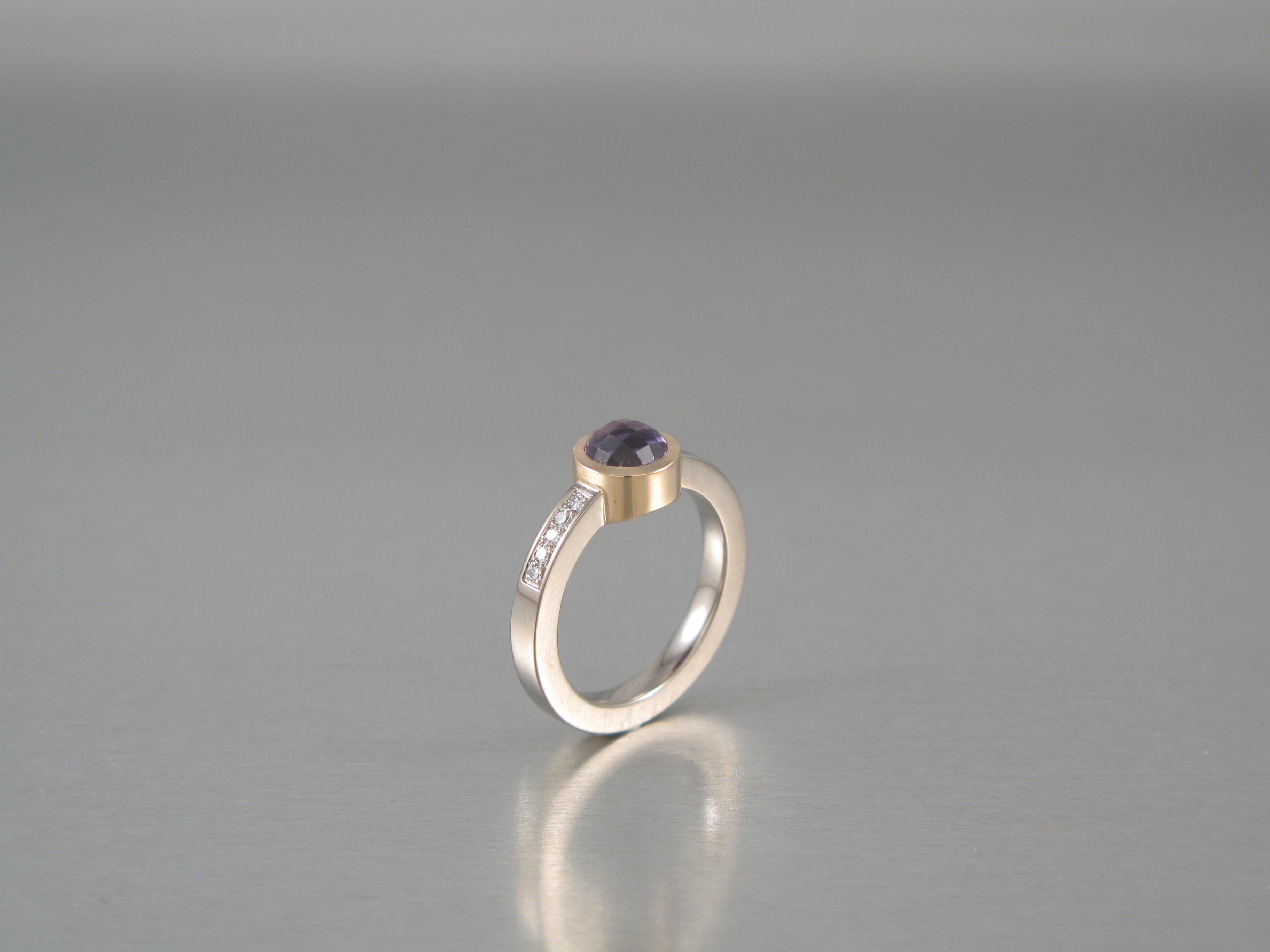 """Ring, """"Burkring"""", rött och vitt guld, safir och briljant."""