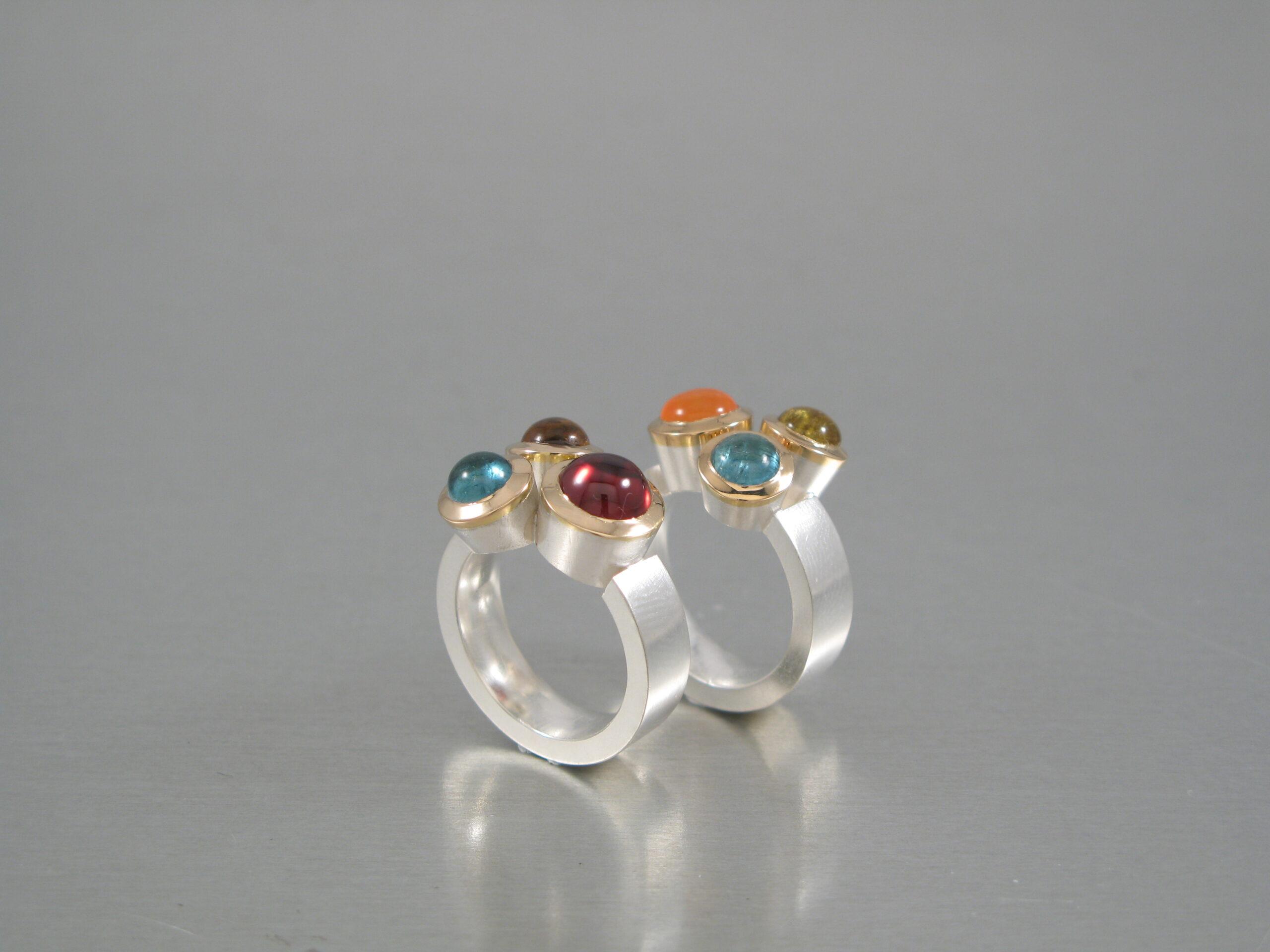 """Ring, """"Trilling"""", silver och guld, diverse stenar."""