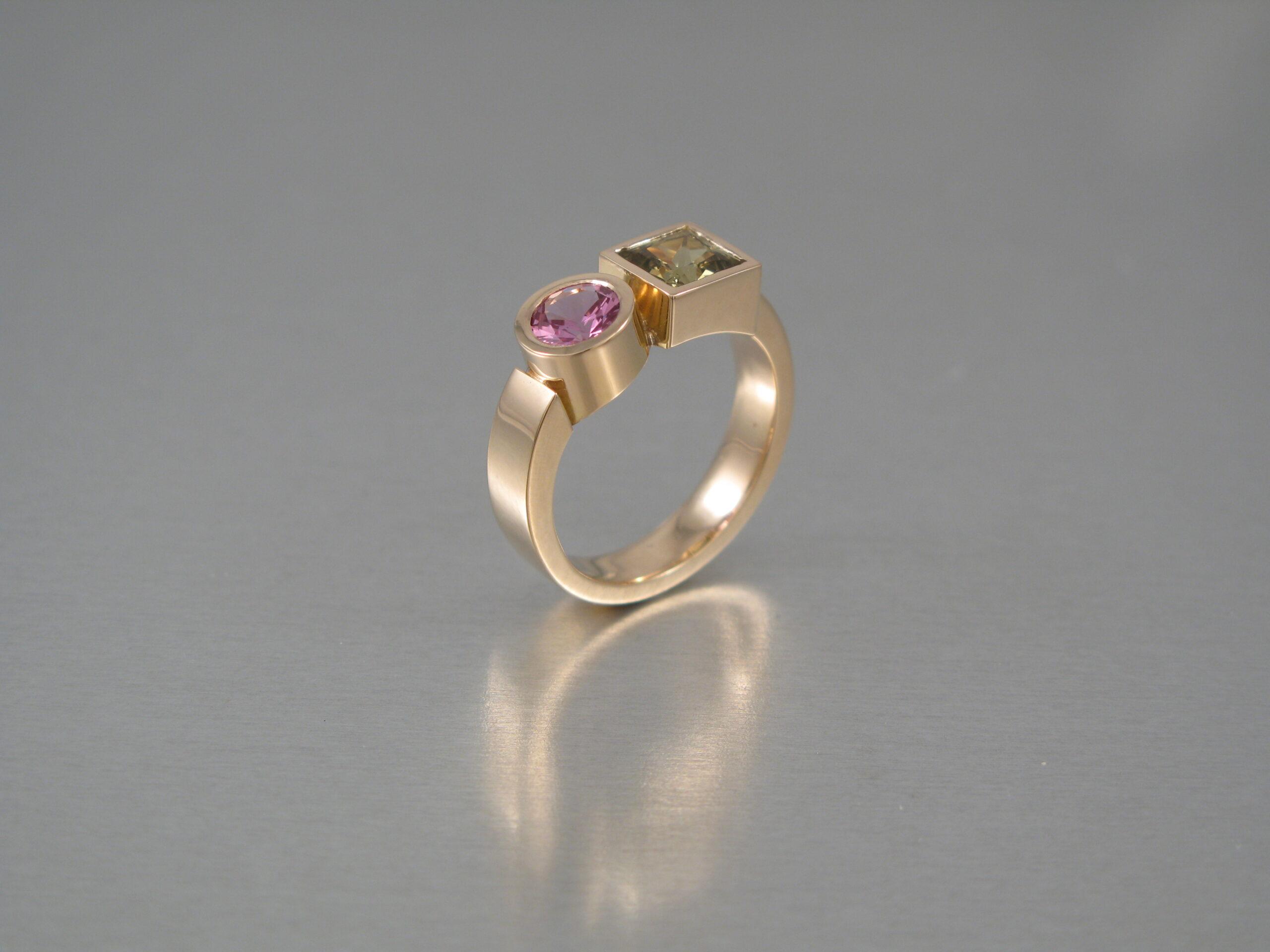 """Ring, """"Lådring"""", guld och safirer."""