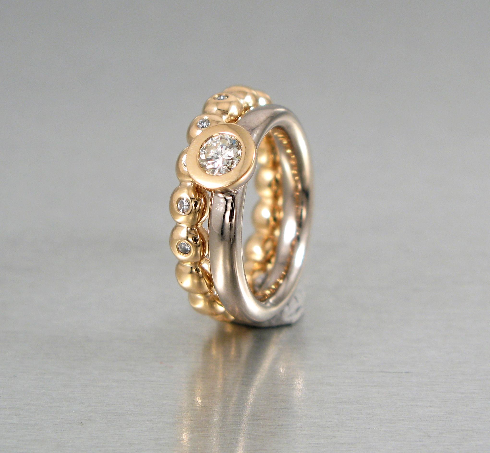 Ringar, vitt och rött guld och briljanter