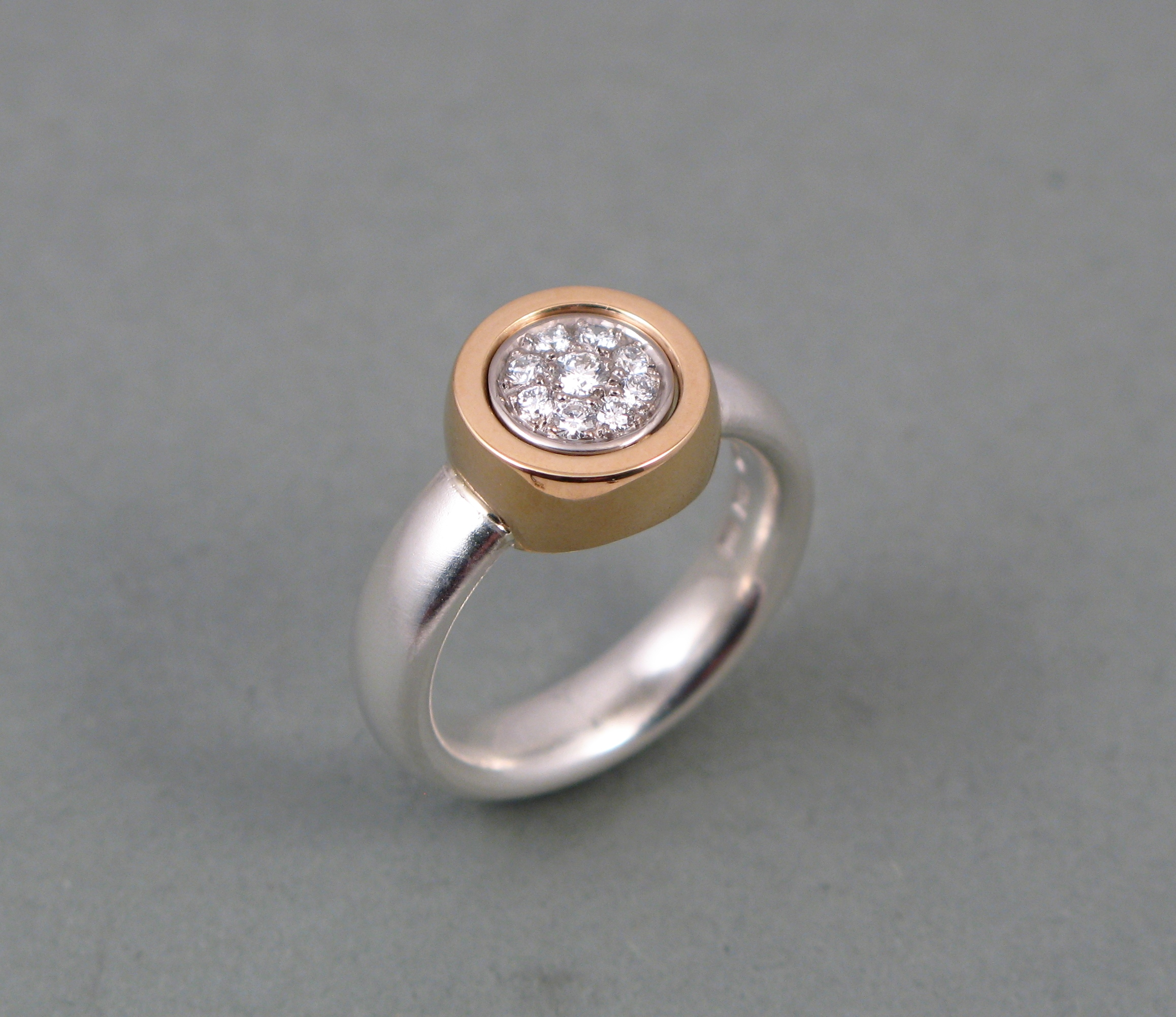"""Ring, """"Lilla P"""", silver, vitt och rött guld och briljanter."""