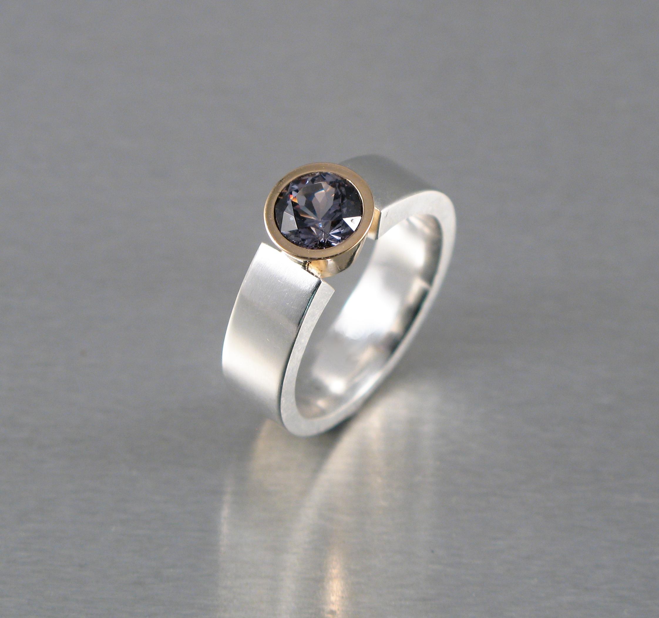 """Ring, """"Linus"""", silver, guld och safir."""