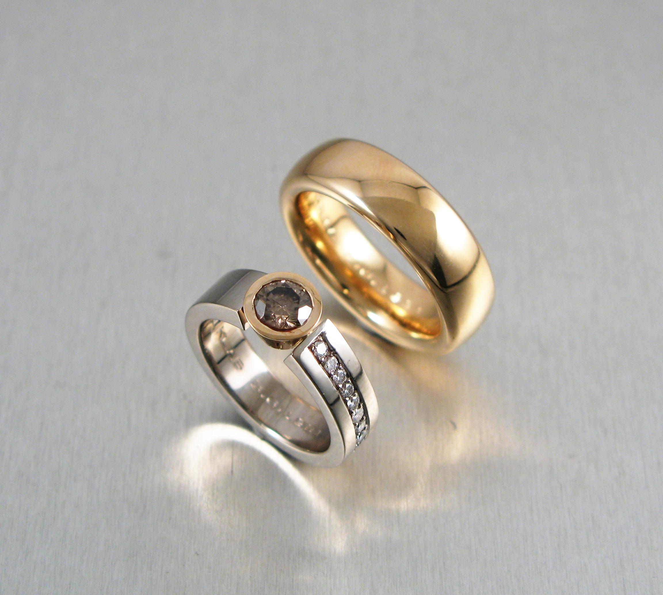 Ringar, vitt och rött guld och diamanter