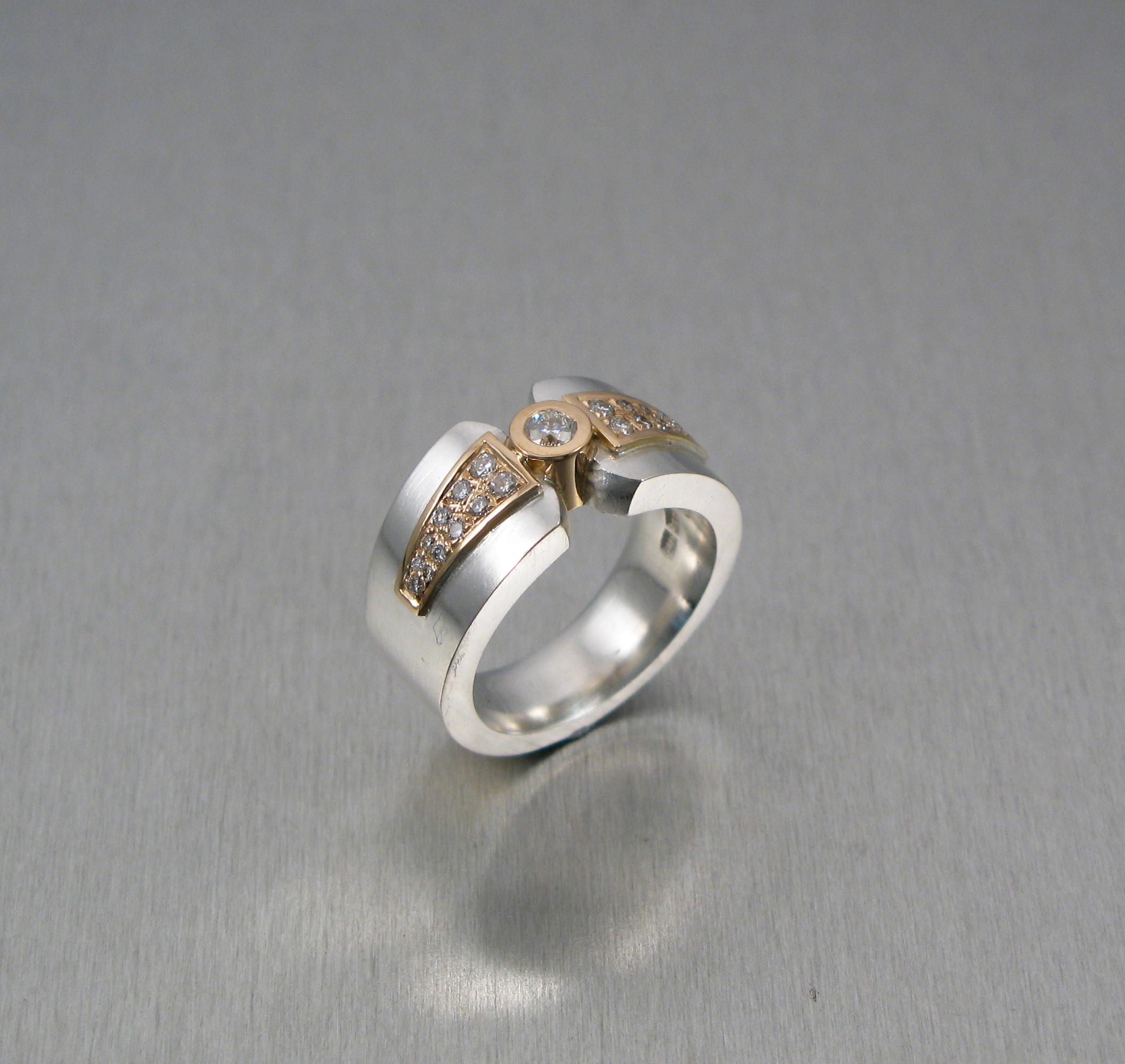 """Ring, """"Fru Matsson"""", silver, guld och briljanter."""