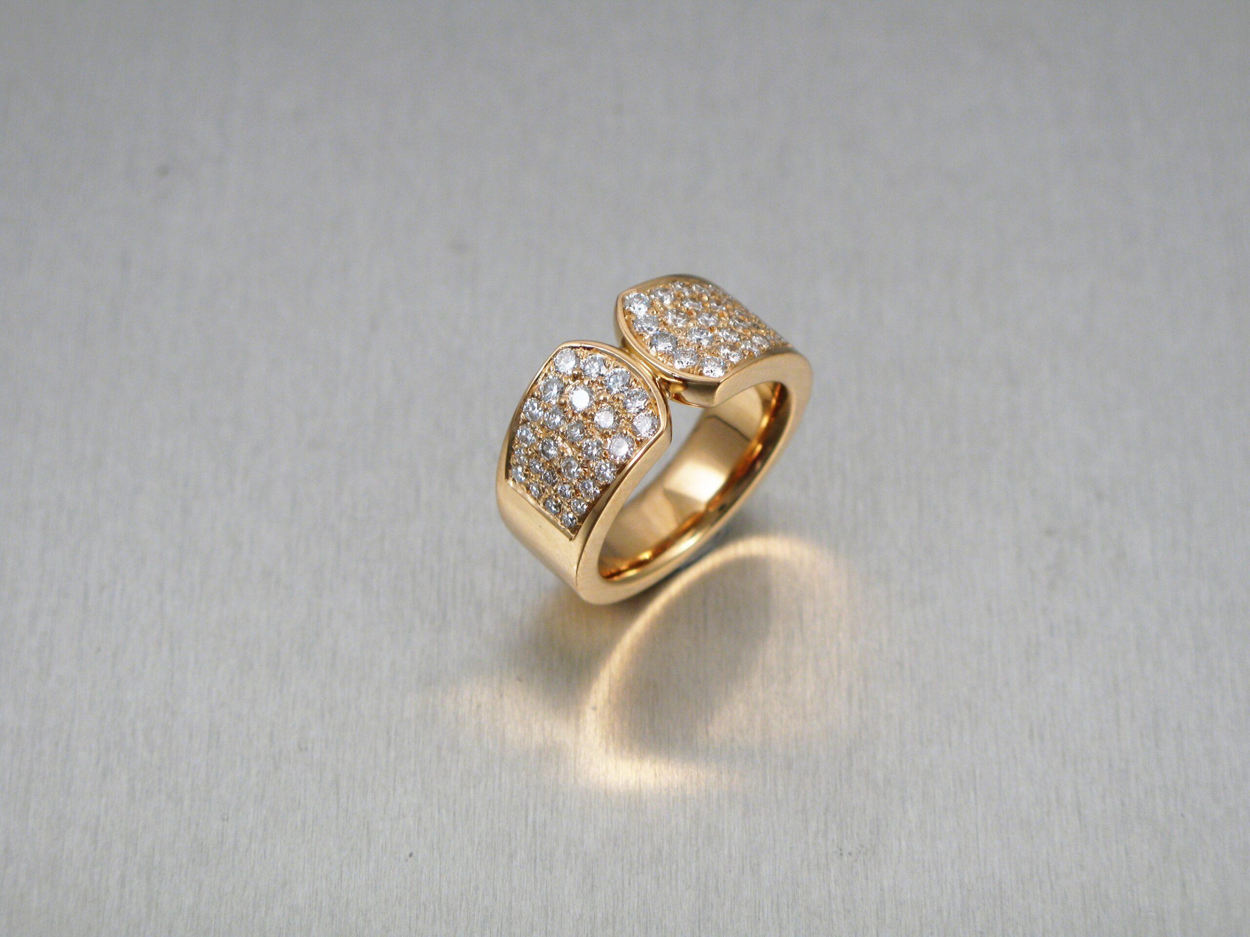 """Ring, """"Fru Matsson"""", guld och briljanter."""