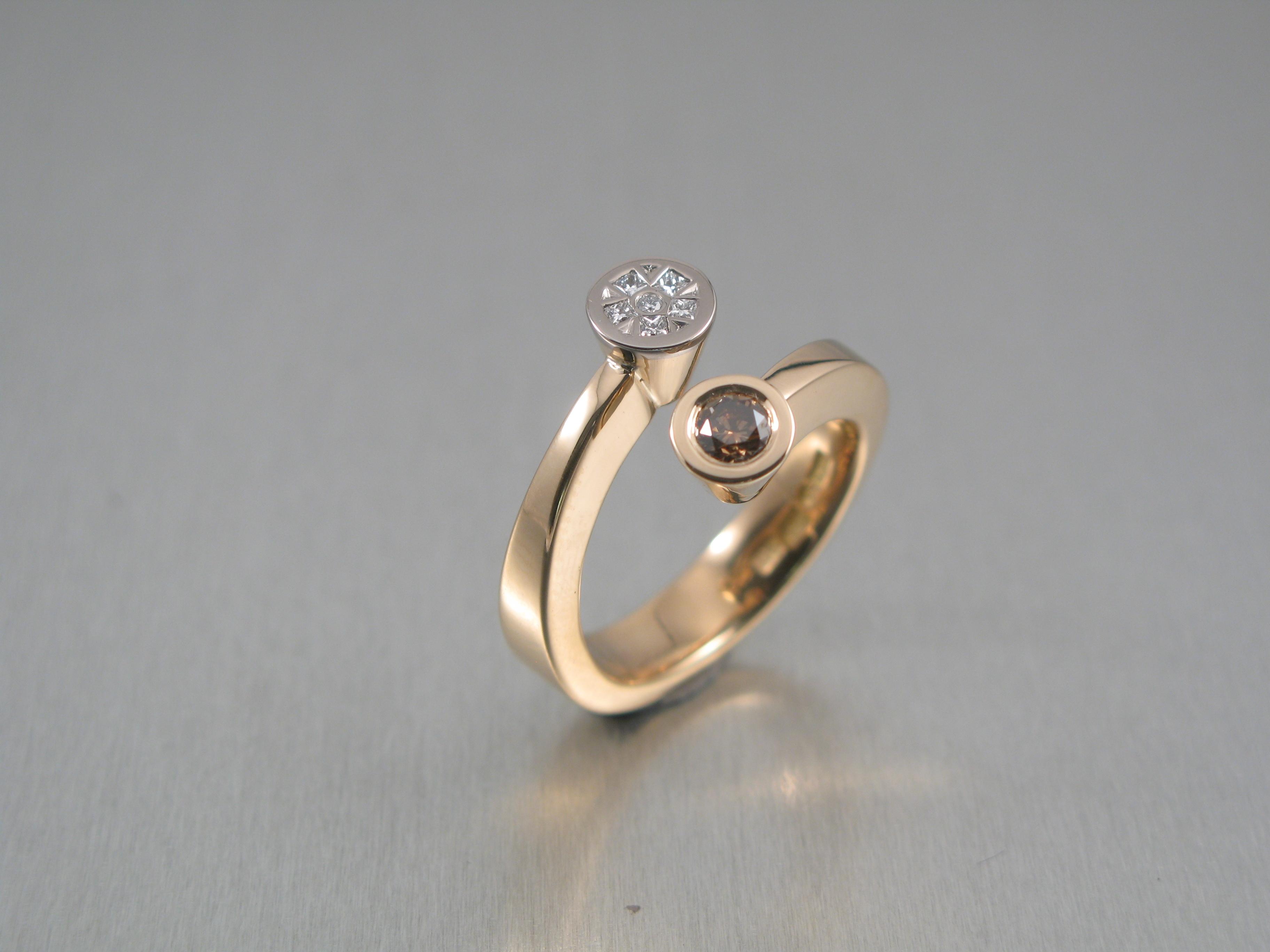 """Ring, """"Omlottring"""", rött och vitt guld och briljanter."""