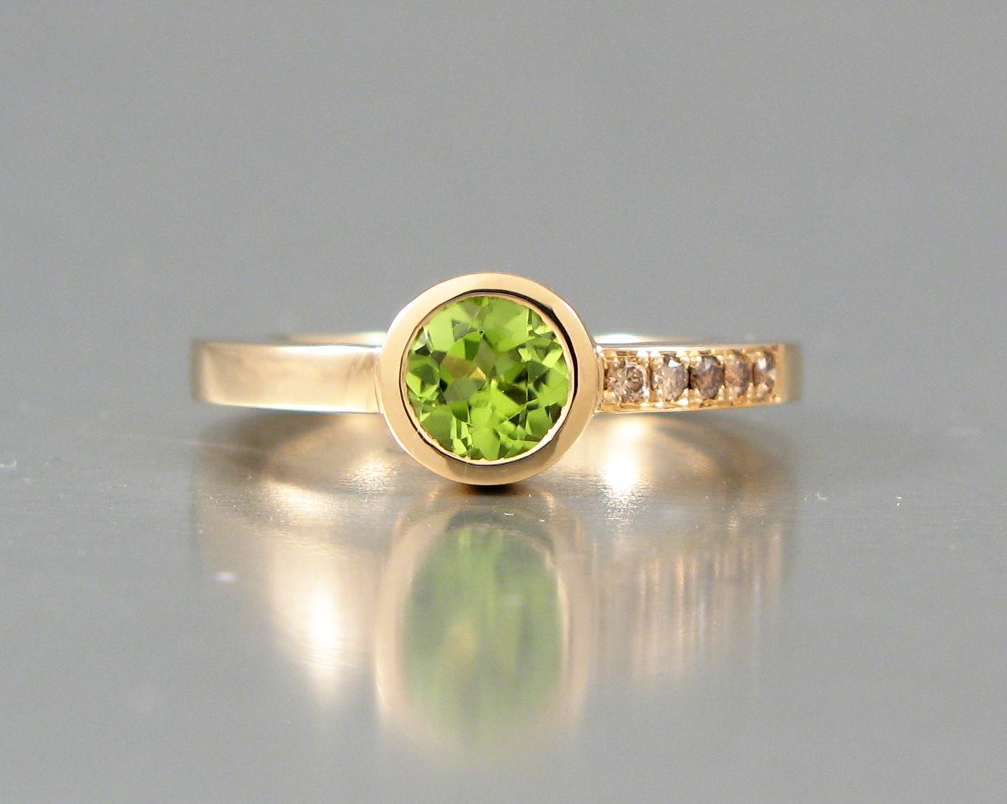 """Ring, """"Burkring"""", guld, bruna briljanter och peridot."""