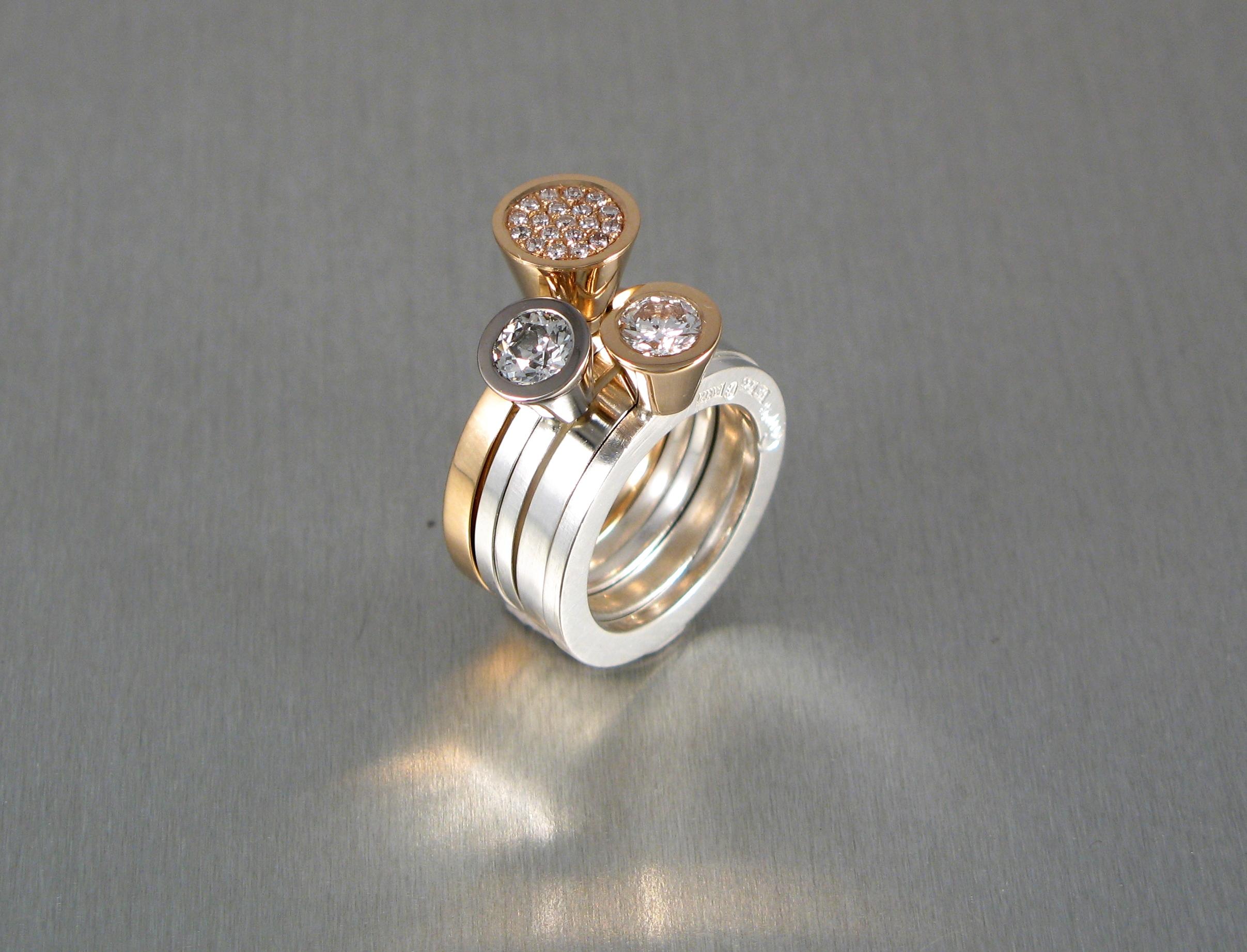 """Ring, """"Pusselringar"""", rött och vitt guld, silver och briljanter."""