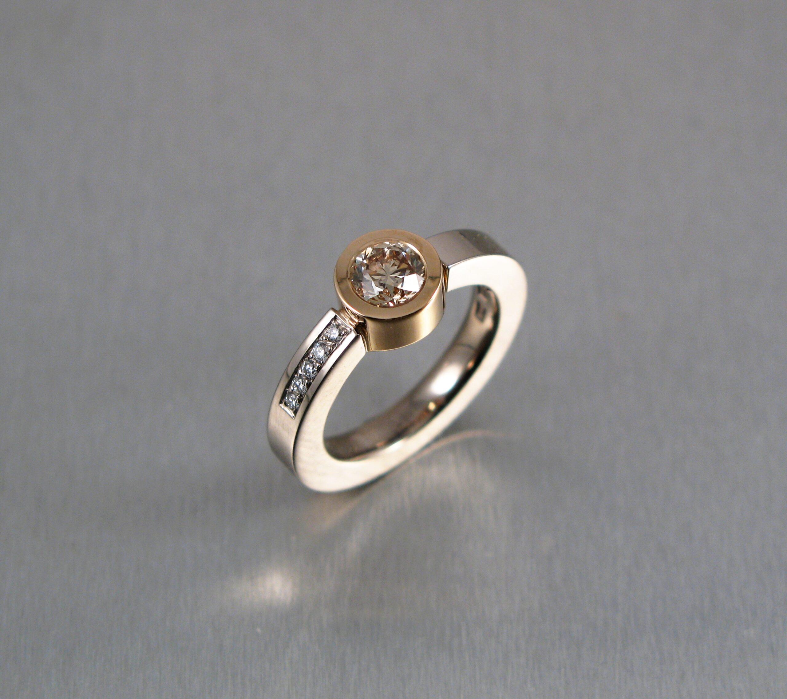 Ring, vitt och rött guld och diamanter.