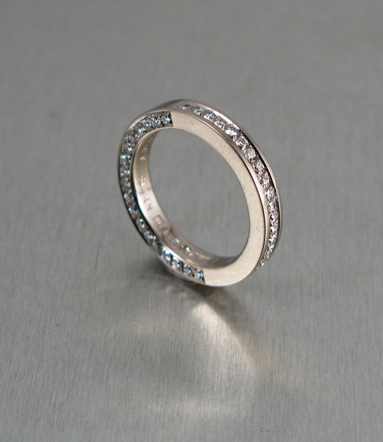 Ring, vitt guld och diamanter.