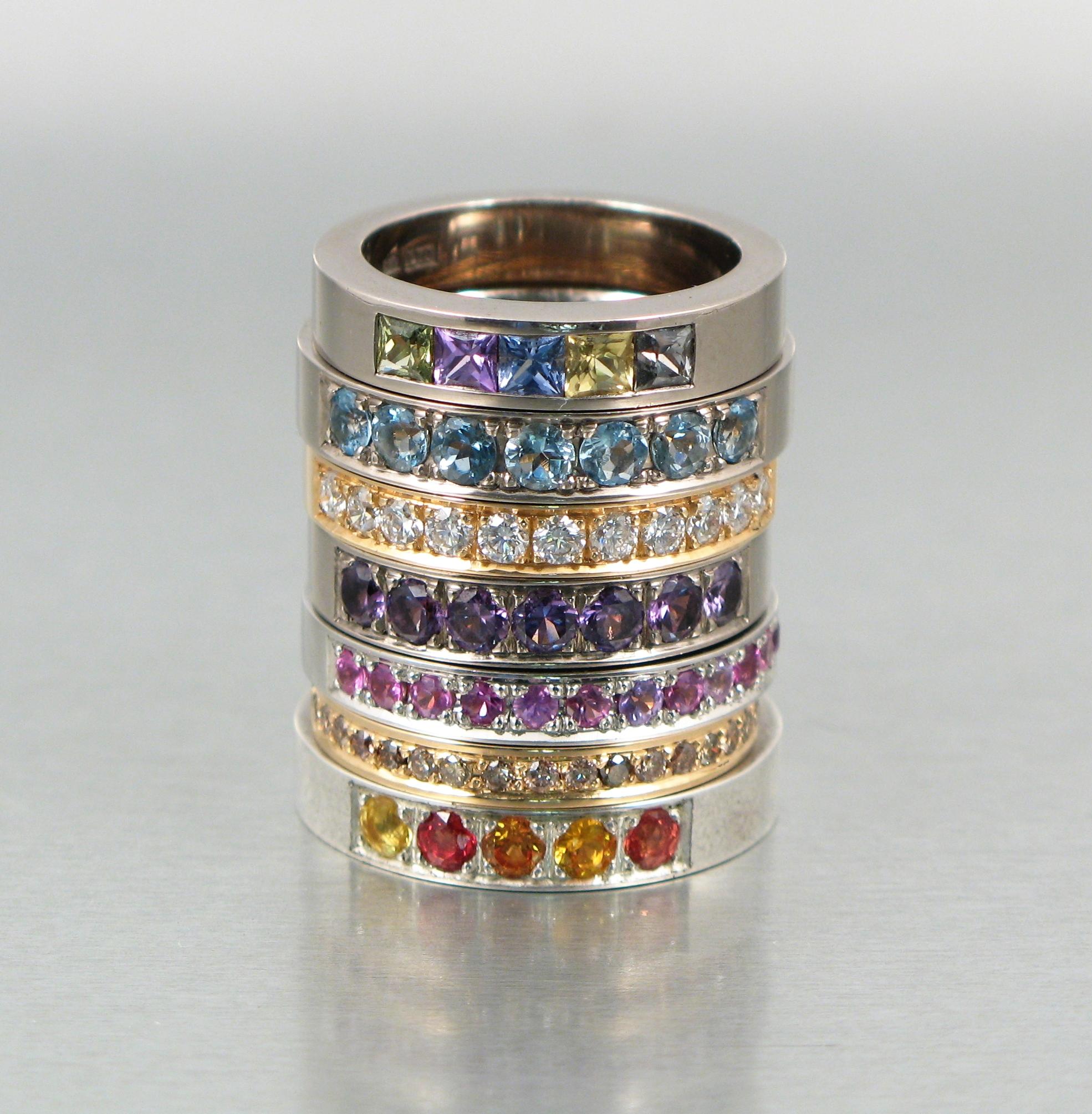 Alliancering, silver, vitt och rött guld med bland annat safirer och diamanter