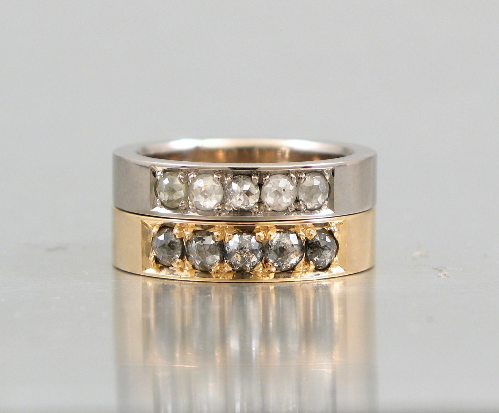 Alliancering, rött och vitt guld med rosenslipade naturfärgade diamanter.