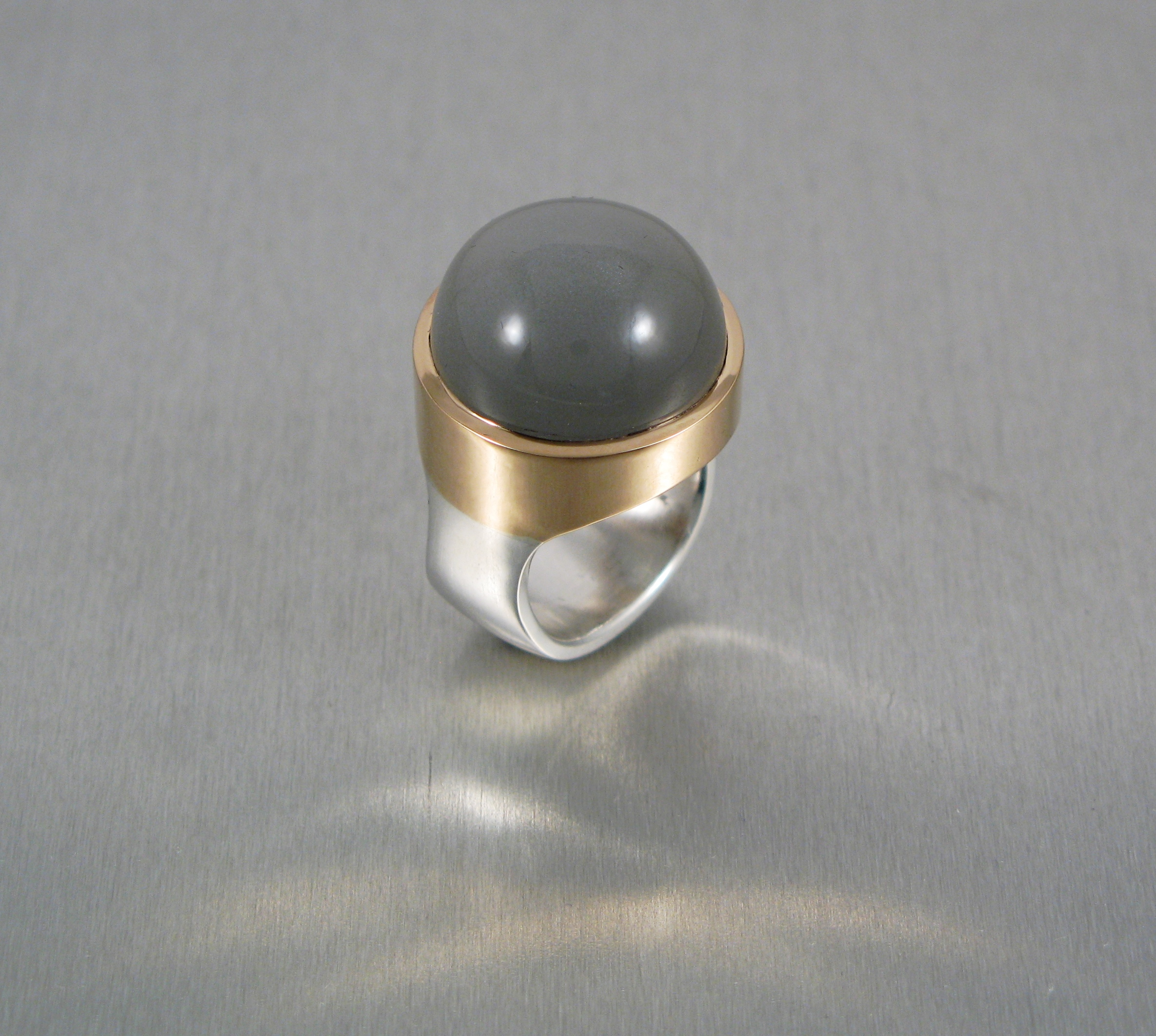 Ring, silver, guld och månsten.