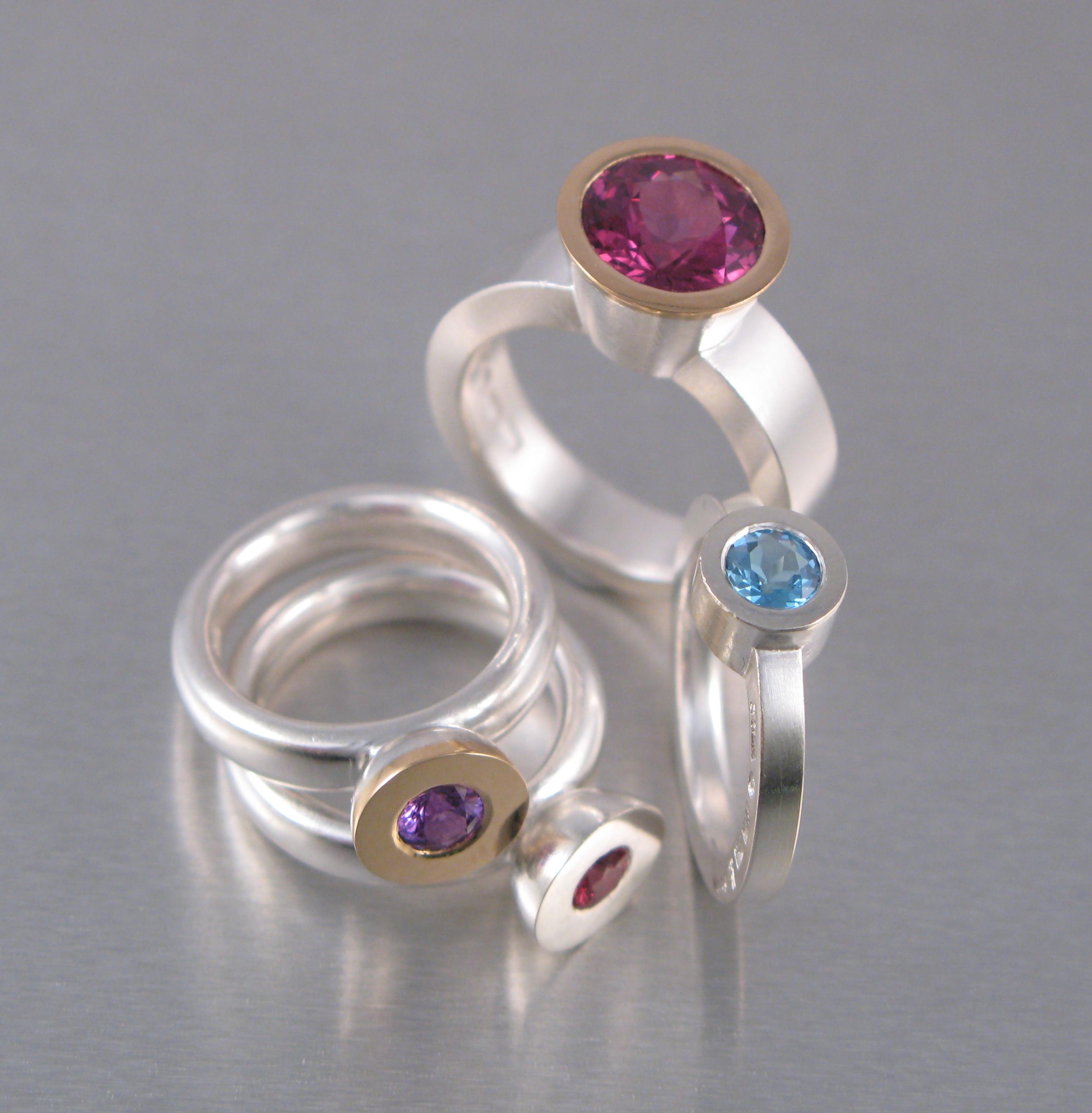 Ringar, silver, guld och diverse stenar.