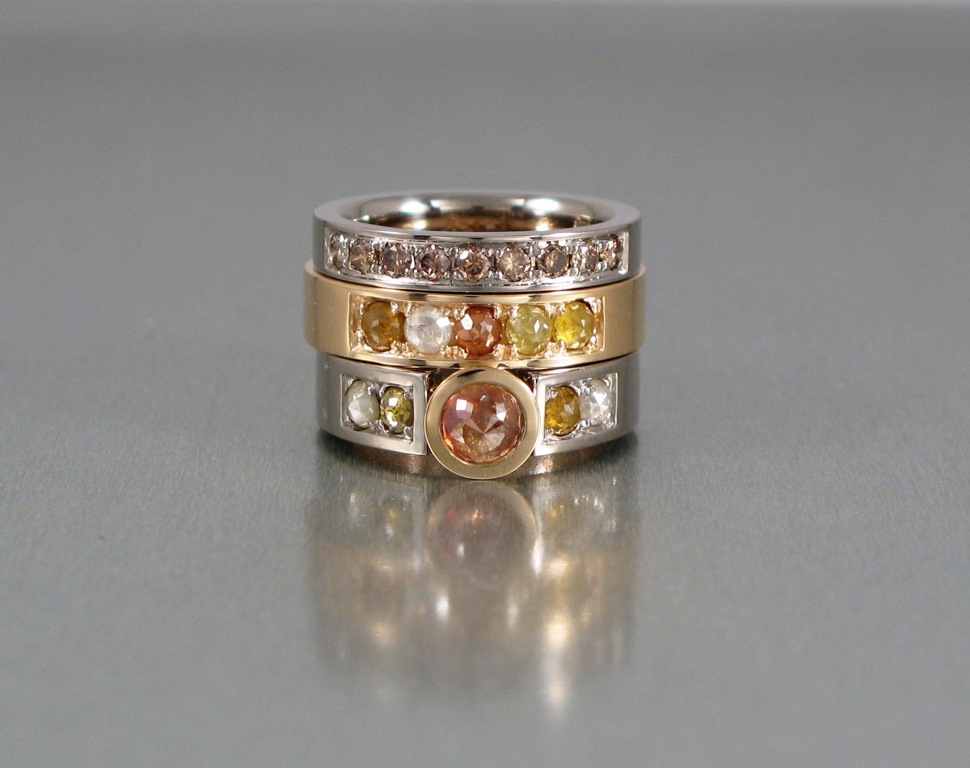 Ringar, rött och vitt guld, bruna briljanter och rosenslipade naturfärgade diamanter.