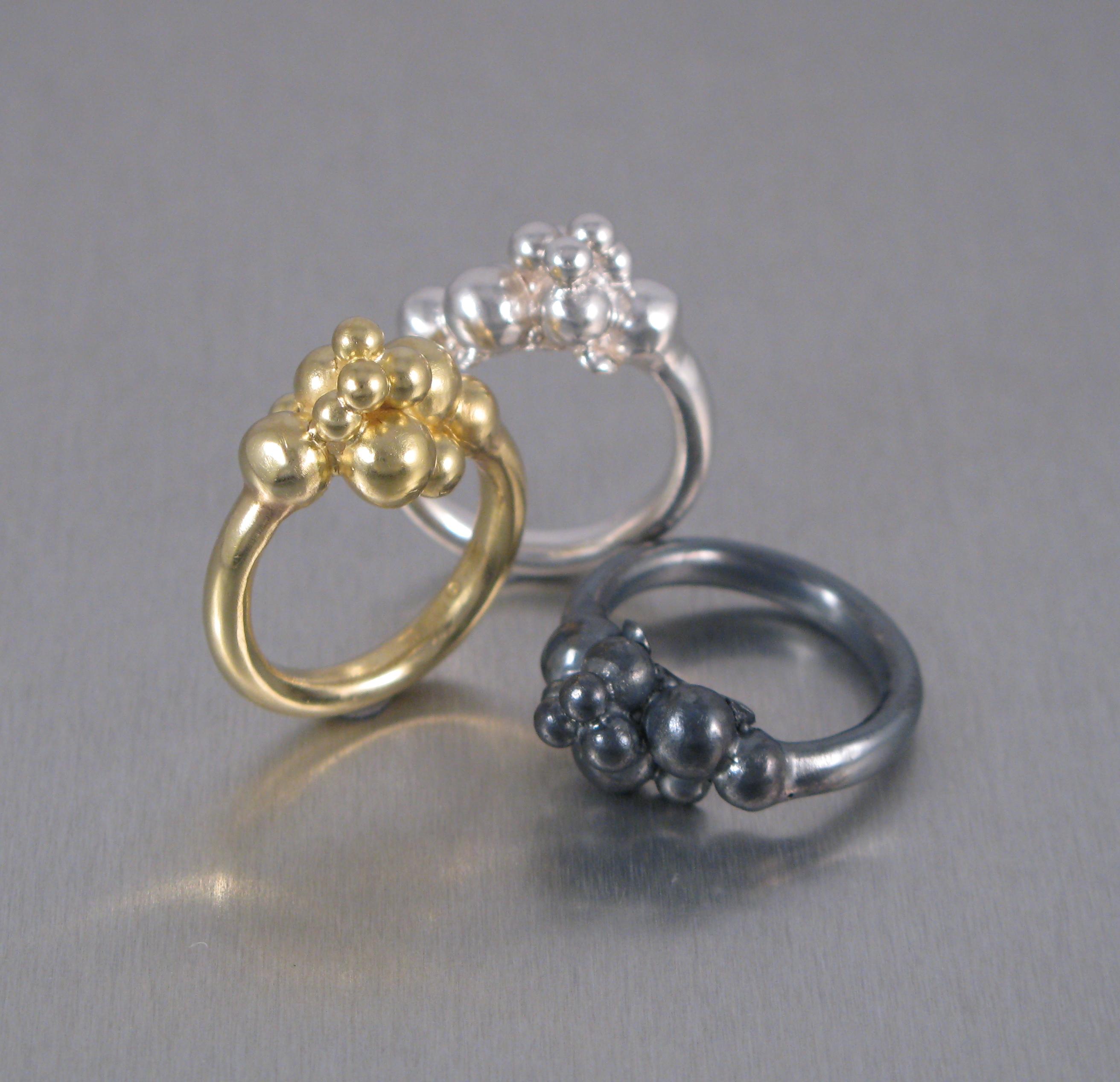 """Ring, """"Kluster"""", silver, guld och oxiderat silver."""