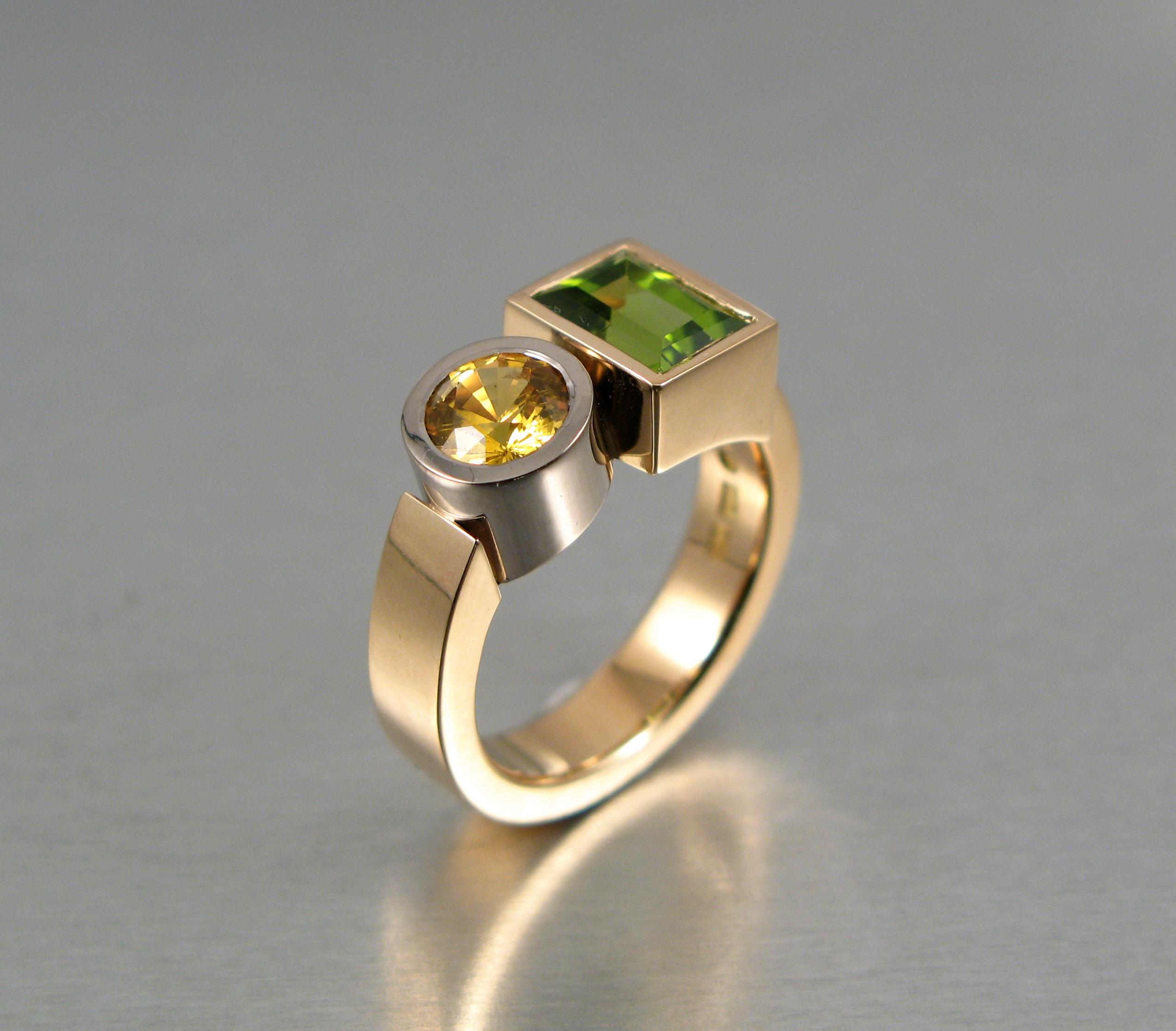 """Ring, """"Lådring"""", rött och vitt guld, peridot och gul safir."""