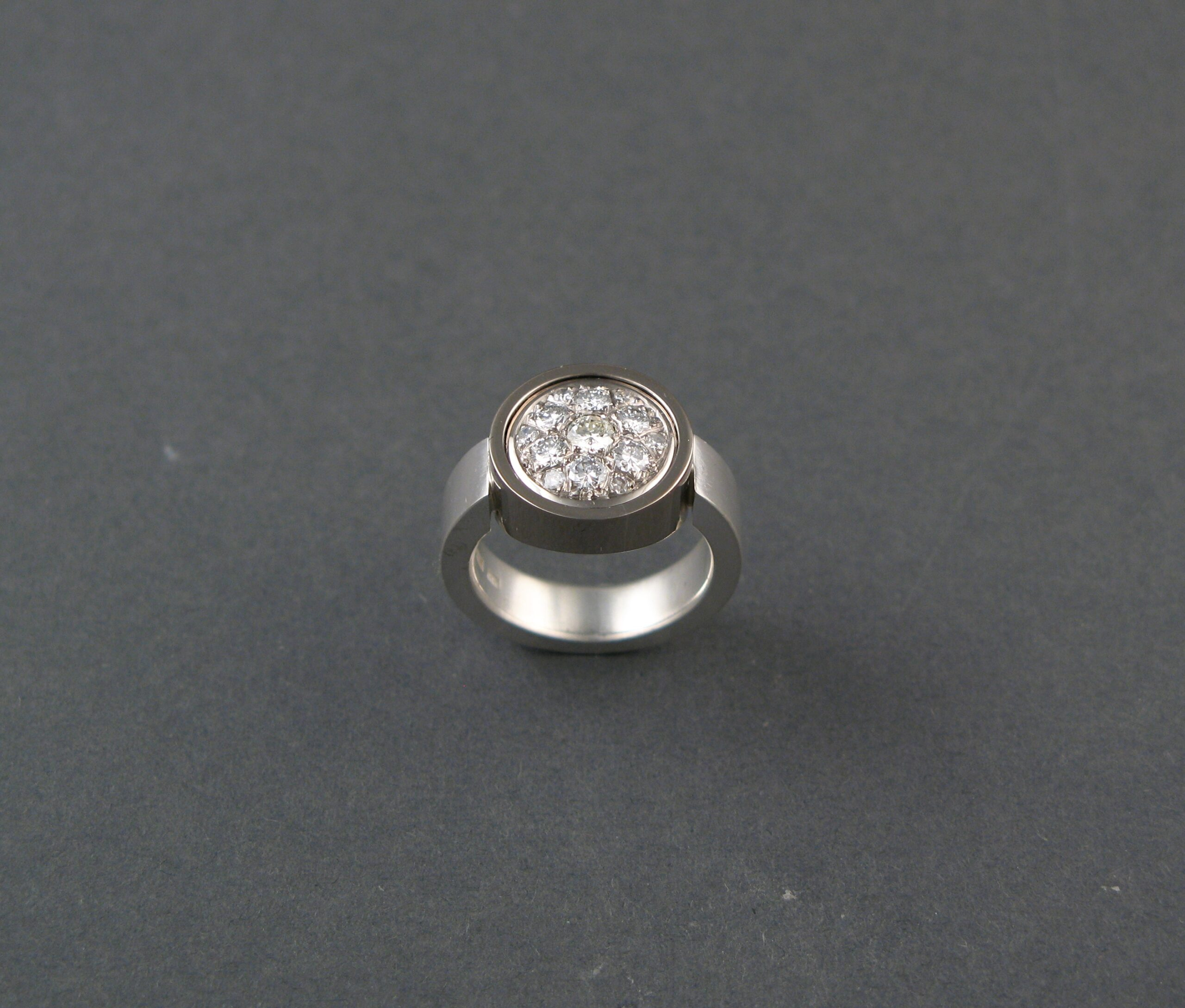 """Ring, """"Lilla P"""", silver, vitt guld och briljanter."""